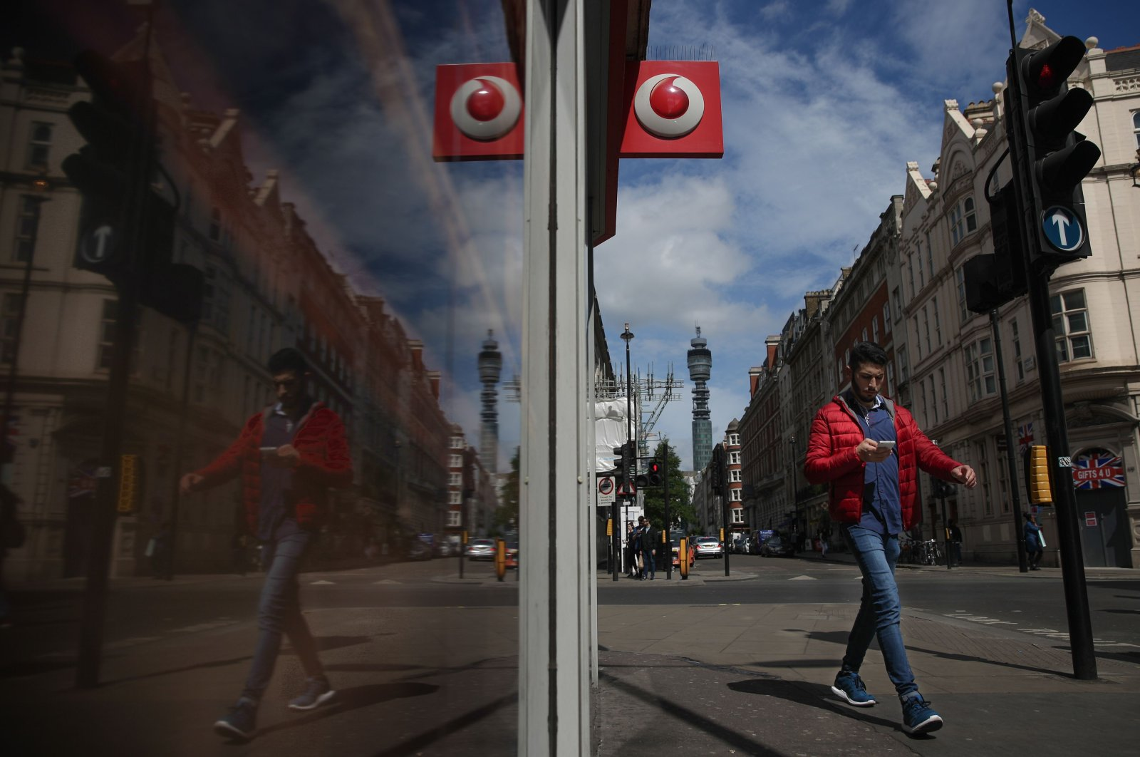 A Vodafone logo is seen at a store in central London in this file photo taken on May 16, 2017. (AFP Photo)