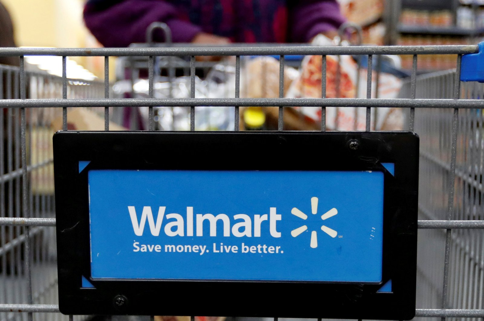 A customer pushes a shopping cart at a Walmart store in Chicago, Illinois, the U.S., Nov. 23, 2016. (Reuters Photo)