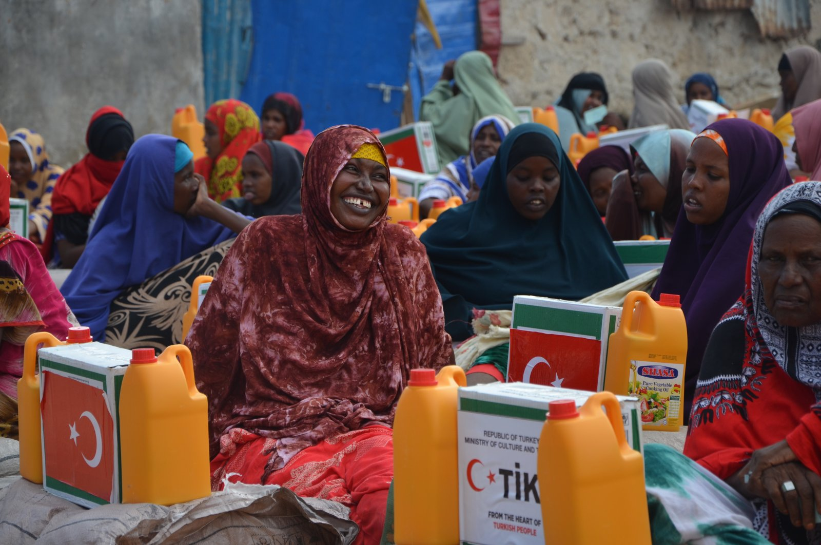 Families living in the Garasbaaley region of Somalia's capital Mogadishu receive aid supplies from the Turkish Cooperation and Coordination Agency (TİKA), May 12, 2020. (AA Photo)