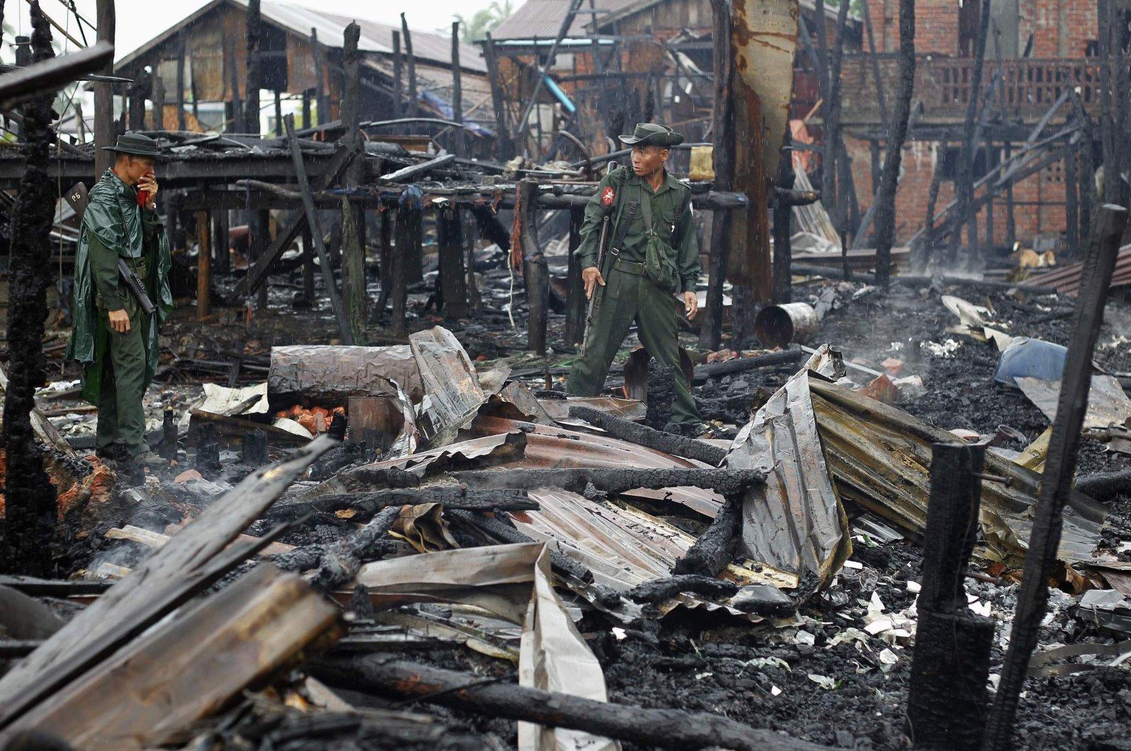 Soldiers patrol through a neighborhood burned in recent violence, Sittwe June 15, 2012. (REUTERS Photo)