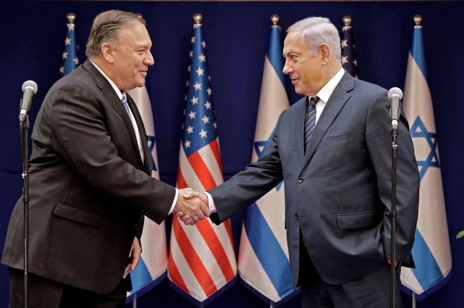Israeli Prime Minister Benjamin Netanyahu (R) shakes the hand of U.S. Secretary of State Mike Pompeo, Jerusalem, Oct. 18, 2019. (AFP Photo)