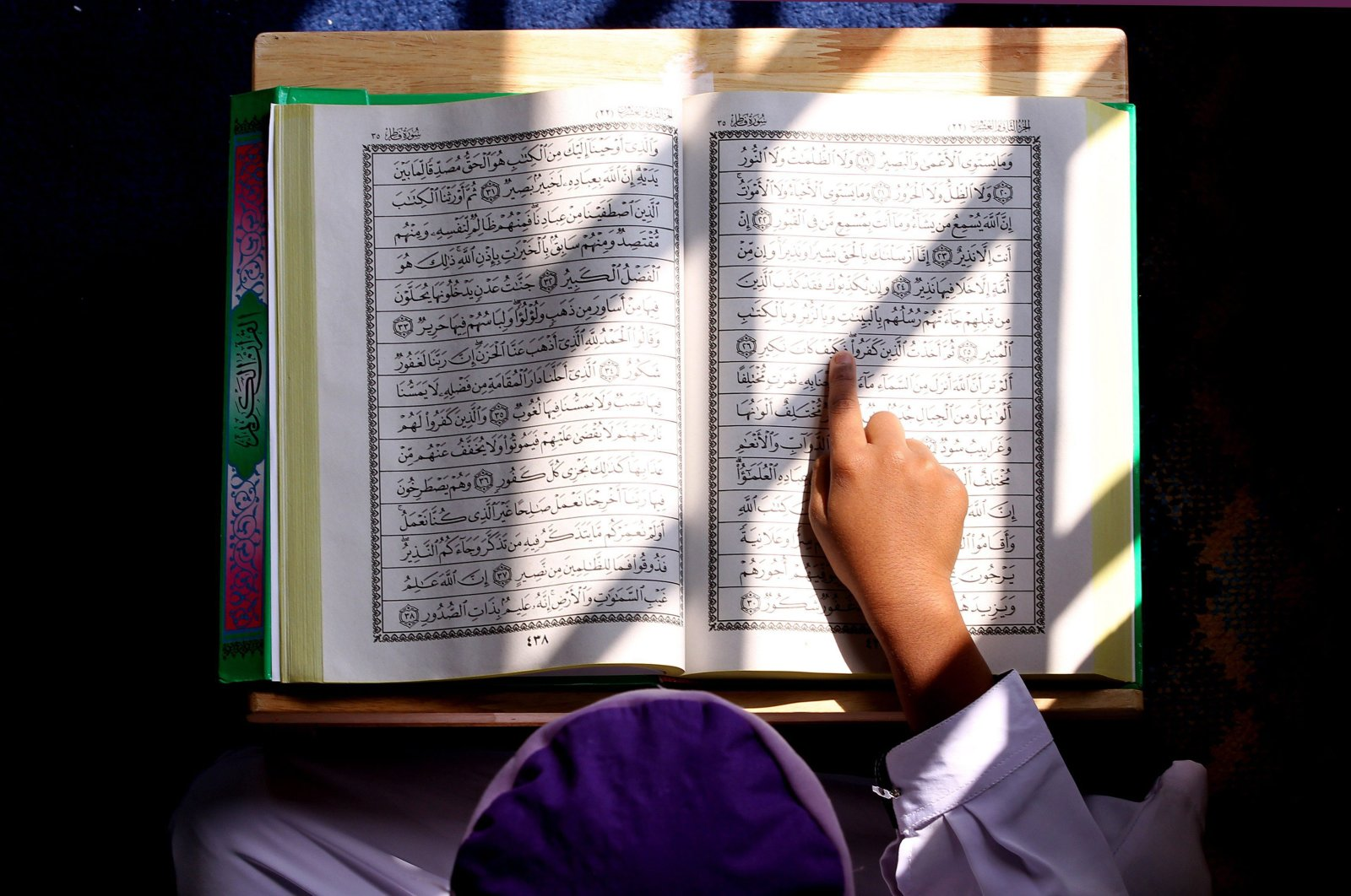 A Malaysian Muslim boy reads from the Quran inside a mosque a day before the Muslim fasting month of Ramadan begins in Kuala Lumpur on July 31, 2011. (AFP Photo)