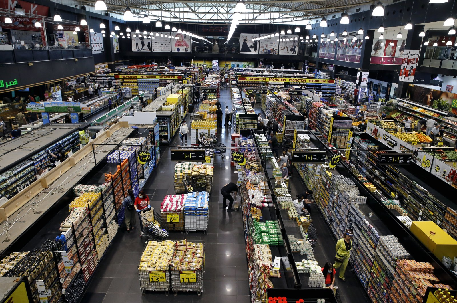 People shop at a supermarket as they begin to stock up on provisions, Beirut, Lebanon, May 13, 2020. (AP Photo)