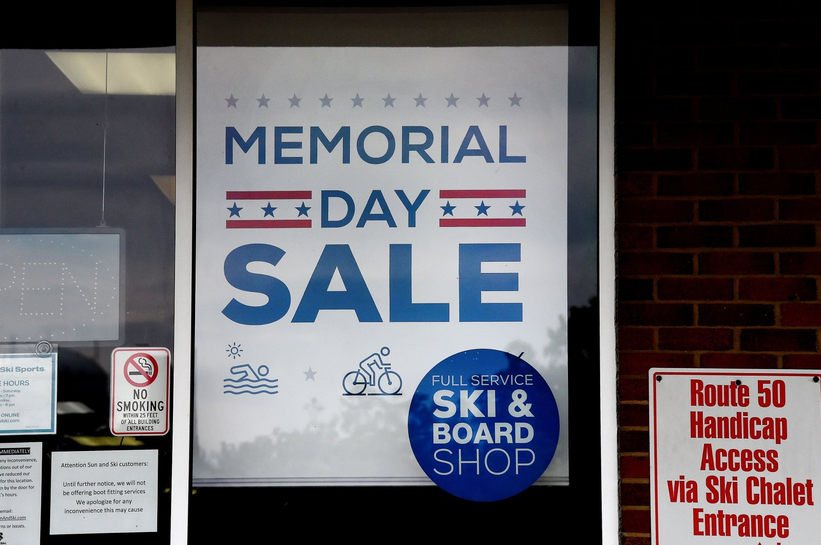 "A ""Memorial Day Sale"" at a store in Arlington, Virginia, May 14, 2020. (AFP Photo)"