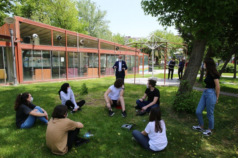 Young people aged 15 to 20 enjoy their time outside in Istanbul's Bayrampaşa district after being allowed to leave home between designated hours for the first time in 42 days on Friday as part of the coronavirus measures, May 15, 2020. (IHA Photo)