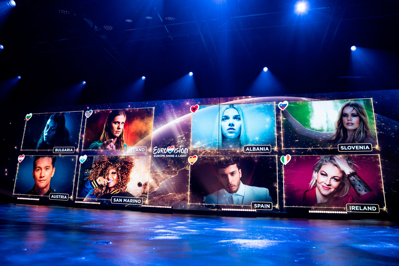 """在2020年5月16日星期六的这张图像中,在荷兰希尔弗瑟姆举行的欧洲电视网(Eurovision)的""""欧洲闪耀光芒""""远程电视节目中,艺术家在屏幕上放映。 (美联社照片)"""