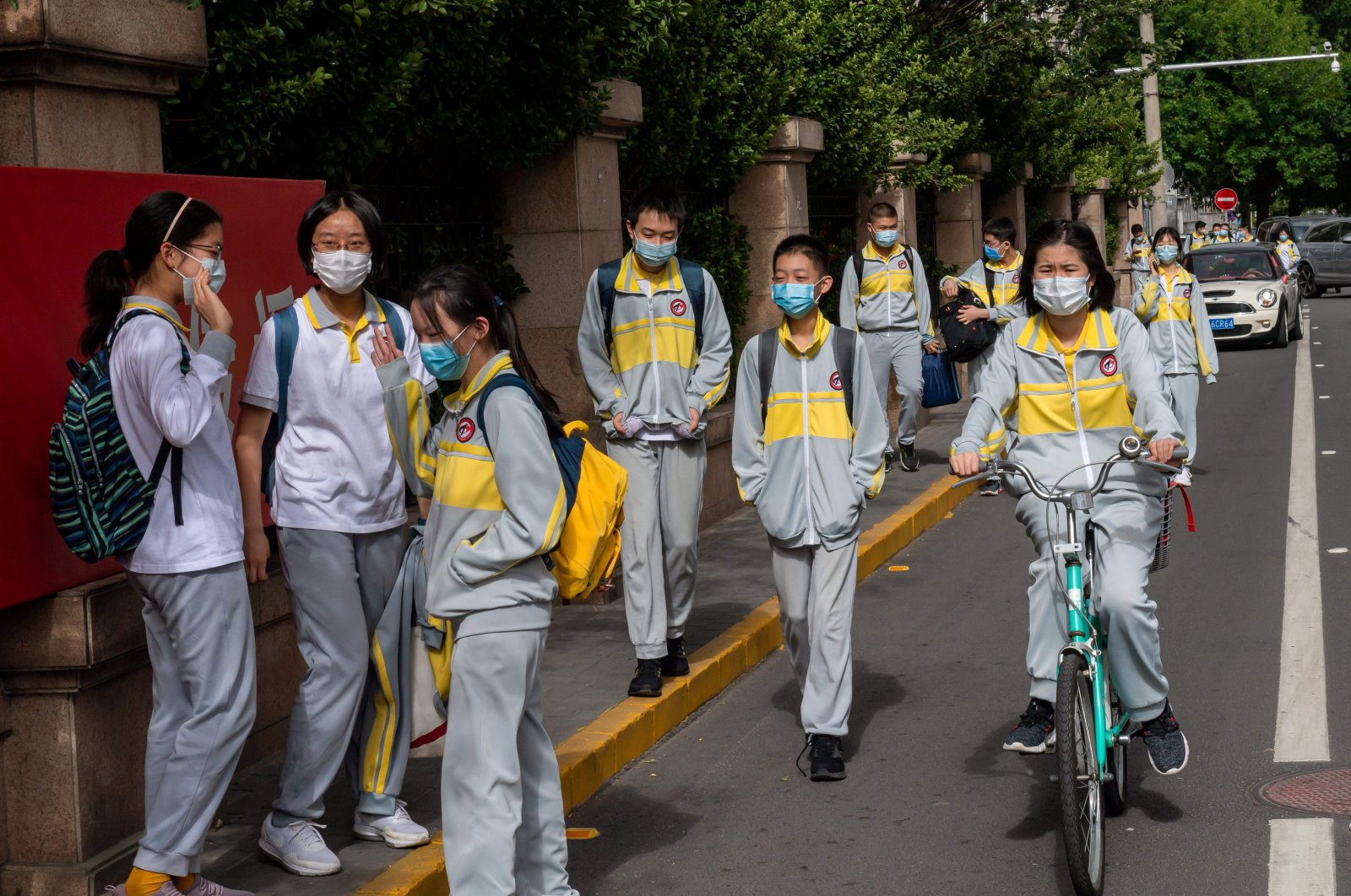 Students wearing face masks amid concerns of the COVID-19 coronavirus leave a middle school in Beijing on May 11, 2020. (AFP Photo)