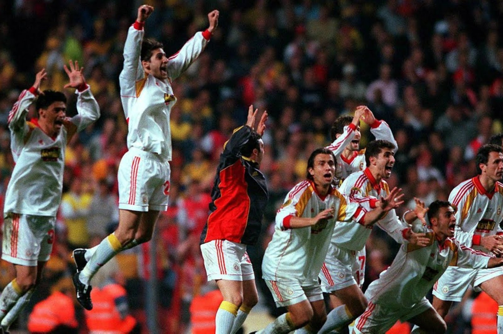 Galatasaray footballers cheer during the penalty shoot-out in Copenhagen's Parken Stadium, May 17, 2000. (File Photo)