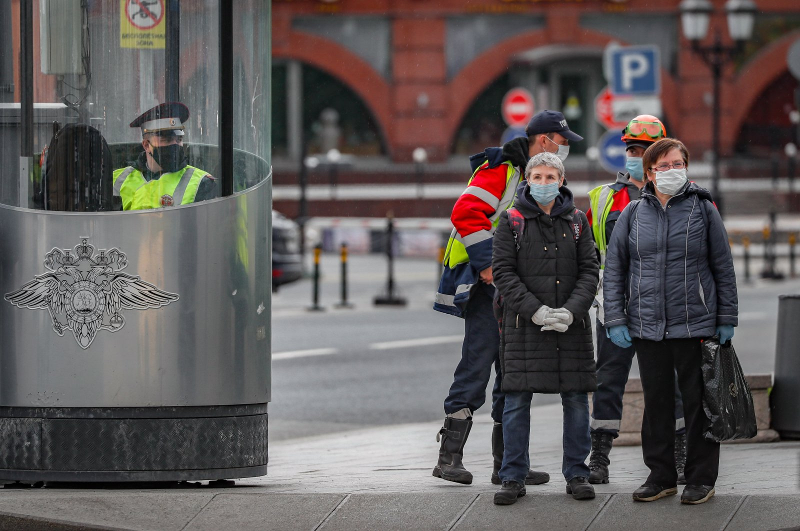 Russian people wearing protective masks cross a street in Moscow, Russia, May 14, 2020. (EPA Photo)