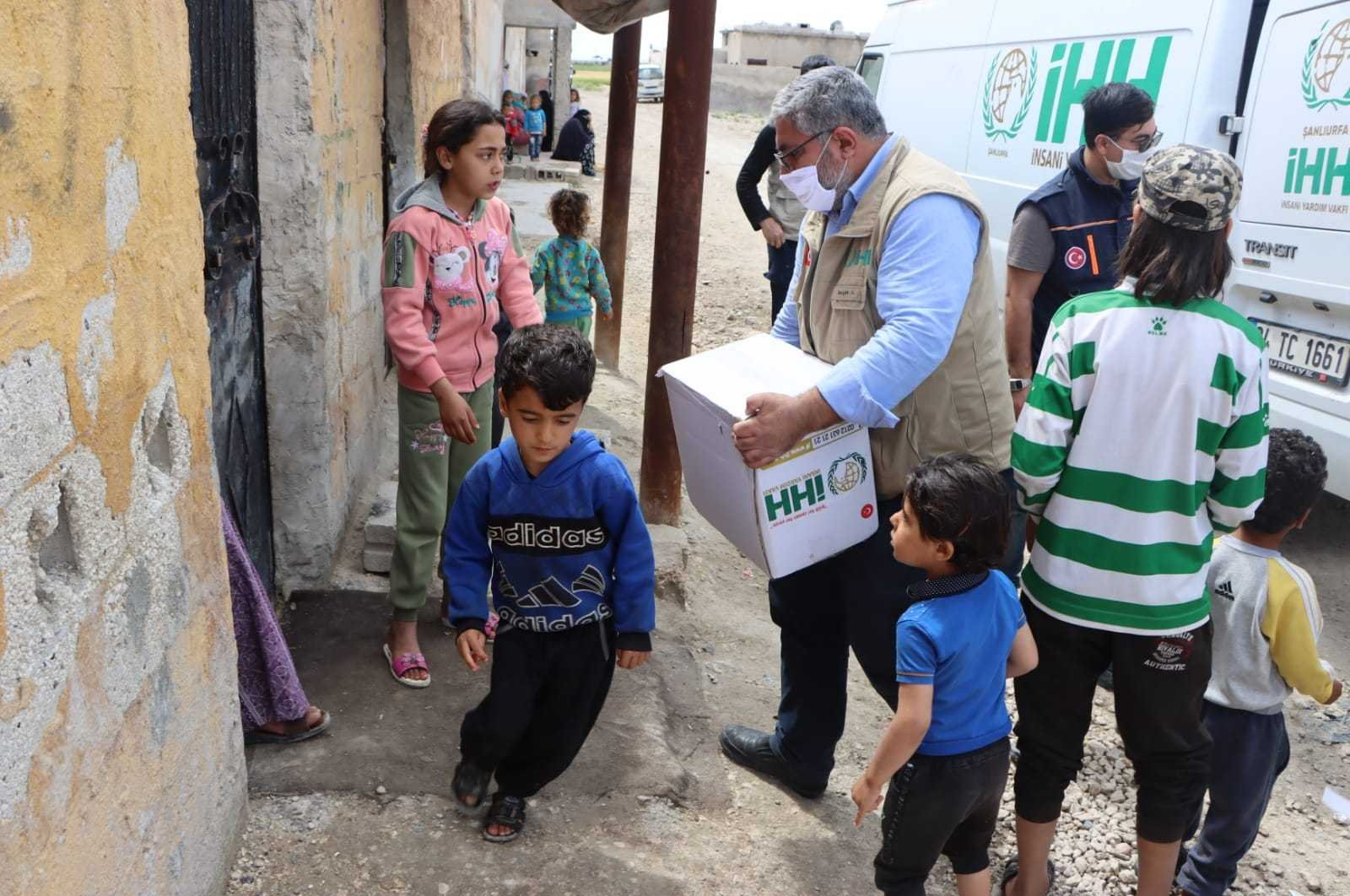 An IHH worker distributes aid packages to a Syrian home, Tal Abyad, May 18, 2020. (AA)