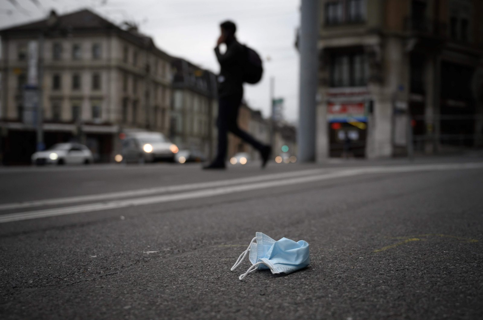 A discarded protective face mask lies on a sidewalk amid the COVID-19 outbreak, in Lausanne, Switzerland, May 14, 2020.(AFP Photo)