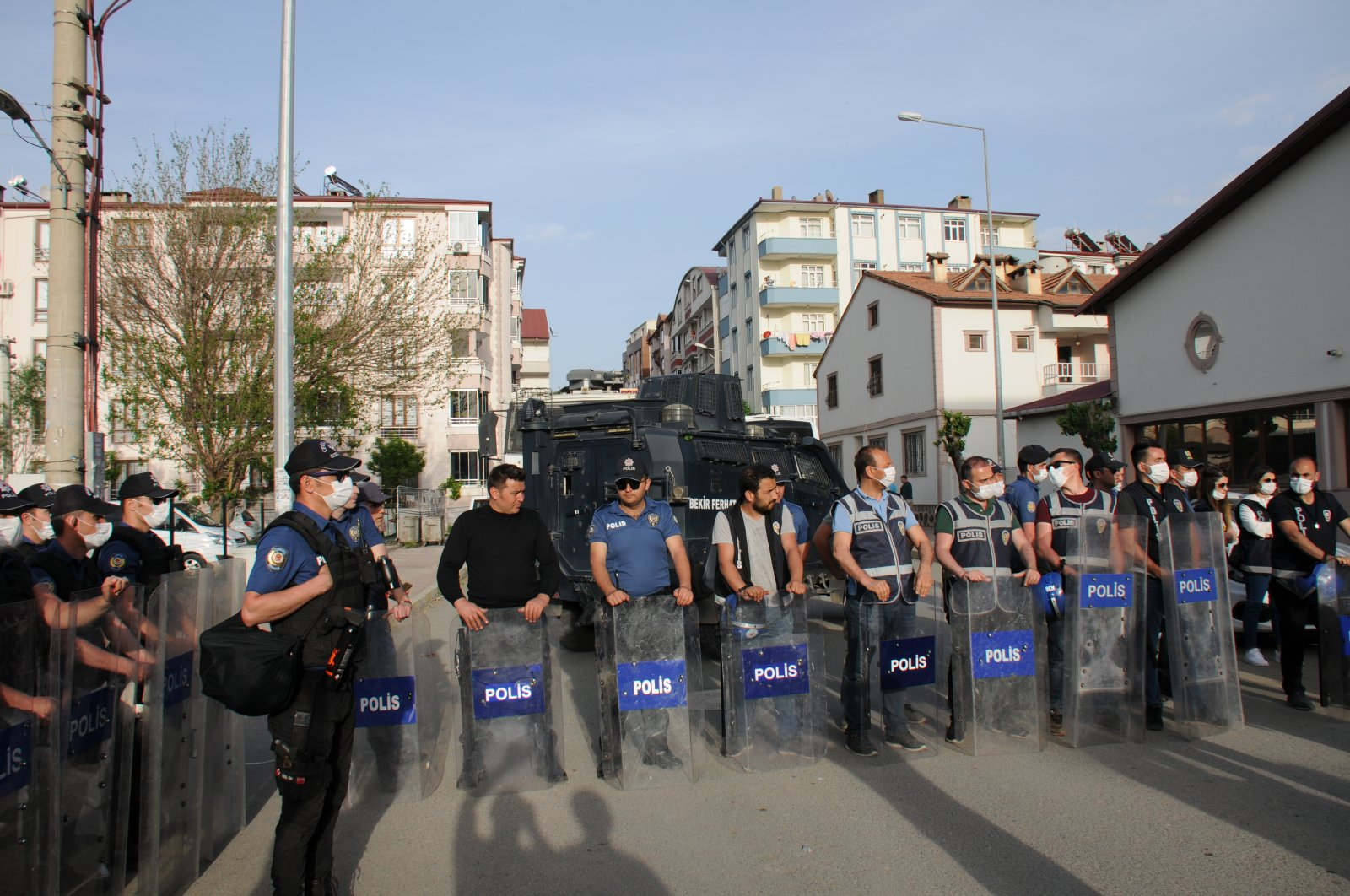 Police wait outside the courthouse during the arrested mayor's hearing in eastern Iğdır province, Turkey, May 18, 2020. (AA Photo)