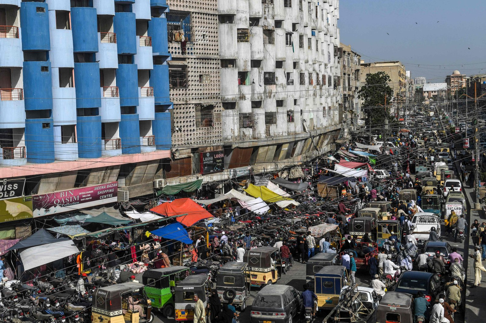 Motorists and people gather at a market for shopping ahead of the Muslim Eid al-Fitr festival in Karachi on May 20, 2020. (AFP Photo)