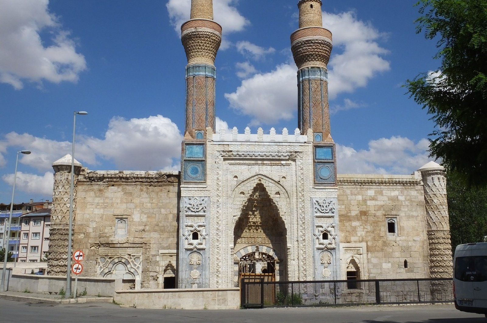 The Gök Medrese was built per the order of Vizier Sâhib Ata Fahreddin Ali in 1271 during the reign of Kaykhusraw III.
