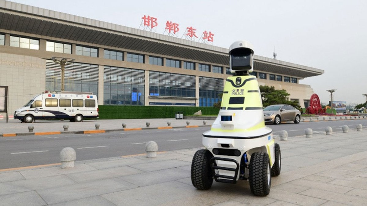 Chinese 5G patrol robots remind citizens to wash their hands and send a warning to the authorities if they detect a person without a mask or with a high body temperature. (File Photo)