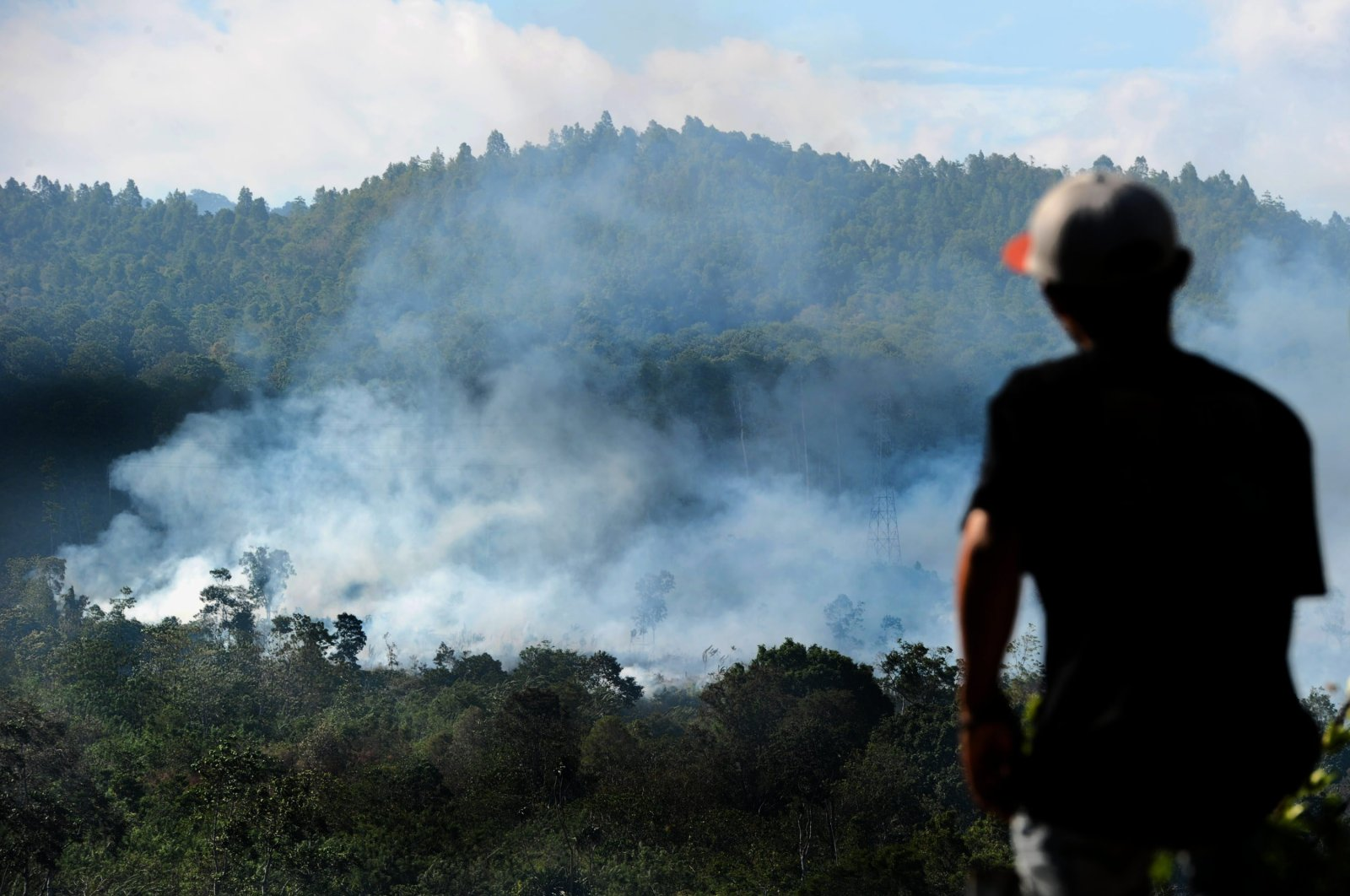 Indonesian rangers extinguish a fire in Seulawah in Aceh Province after the fire scorched hectares of pine trees, Oct. 10, 2016. (AFP Photo)