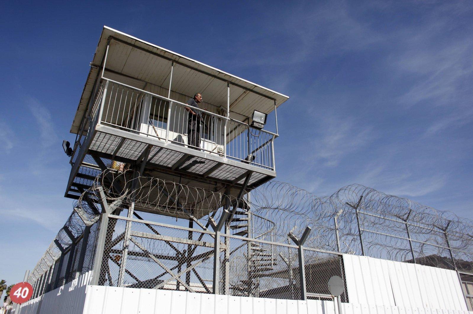 An Israeli prison guard keeps watch from a tower at Ayalon prison, Ramle near Tel Aviv, Israel, Feb. 13, 2013. (Reuters Photo)