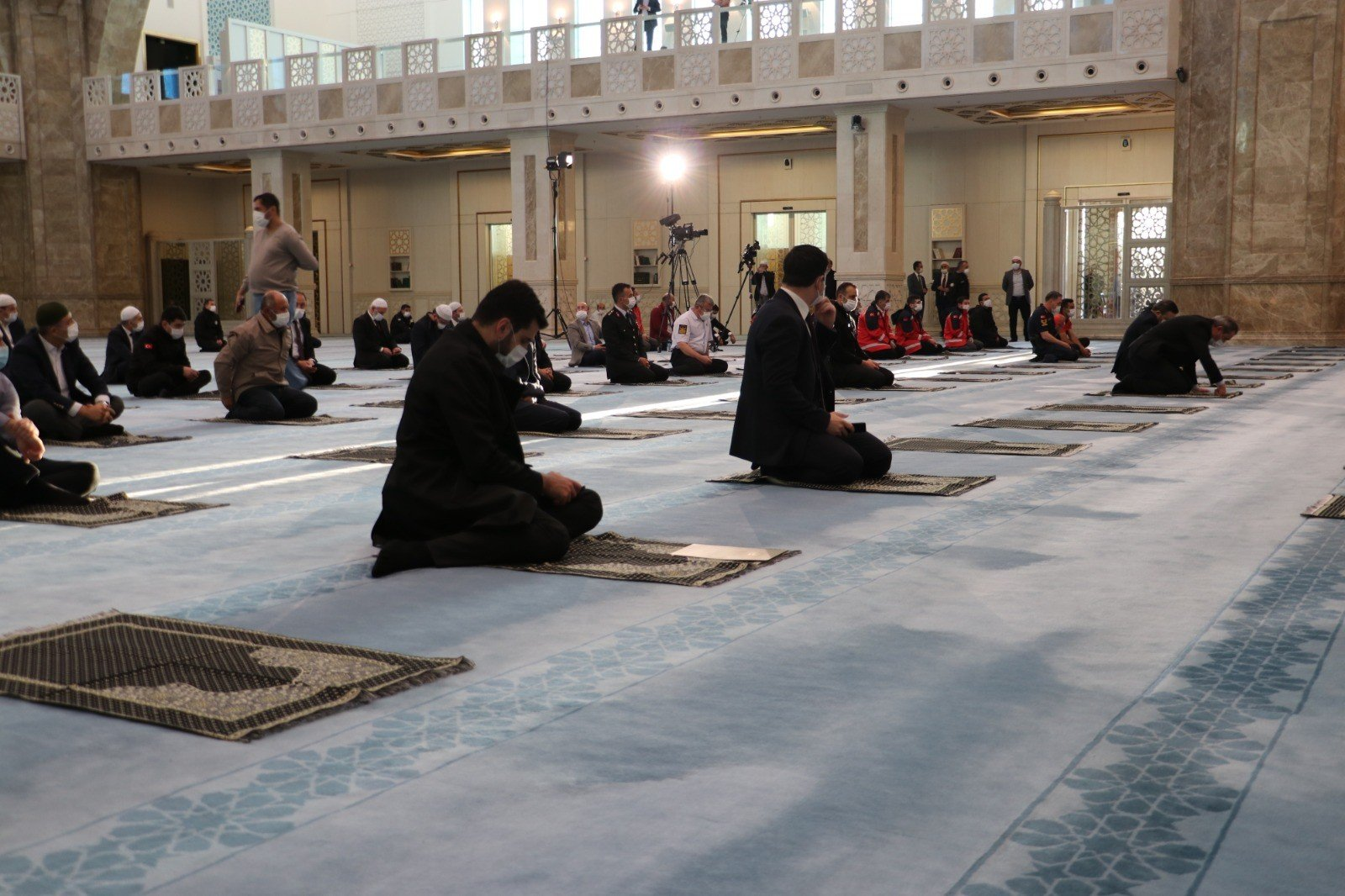 Though mosques were devoid of a congregation in the early hours of Ramadan Bayram's first day, a mosque in Ankara held Turkey's first collective prayers in over two months. (IHA Photo)