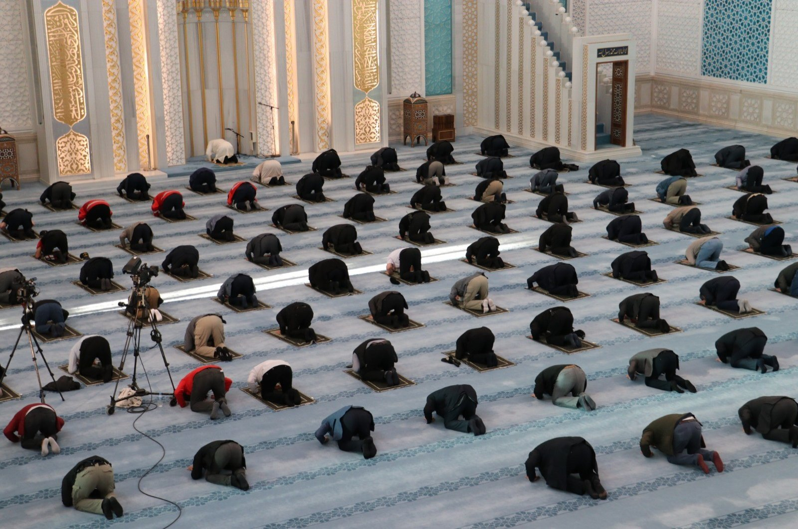 Though mosques were devoid of a congregation in the early hours of the first day of Ramadan Bayram, a mosque in Ankara held Turkey's first collective prayers in over two months. (IHA Photo)