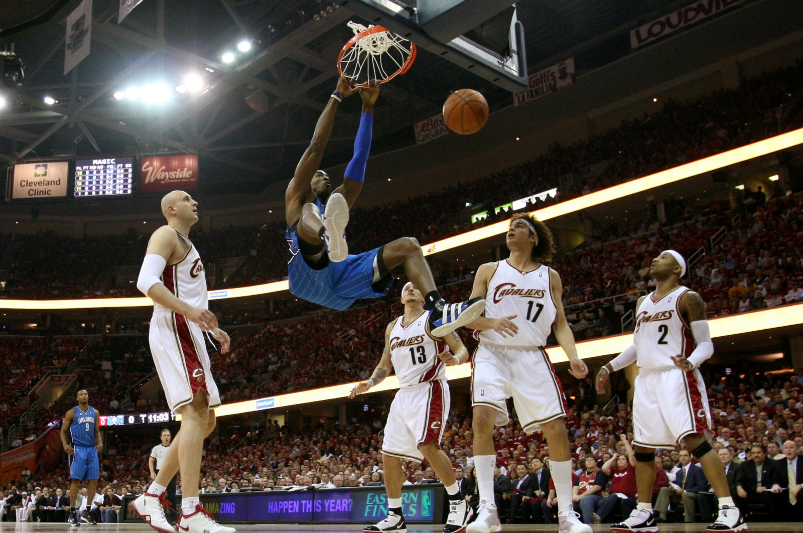 Orlando Magic center Dwight Howard knocks the 24-second clock off the backboard with a ferocious dunk during his side's 107-106 victory against Cleveland Cavaliers, May 20, 2009. (Reuters Photo)