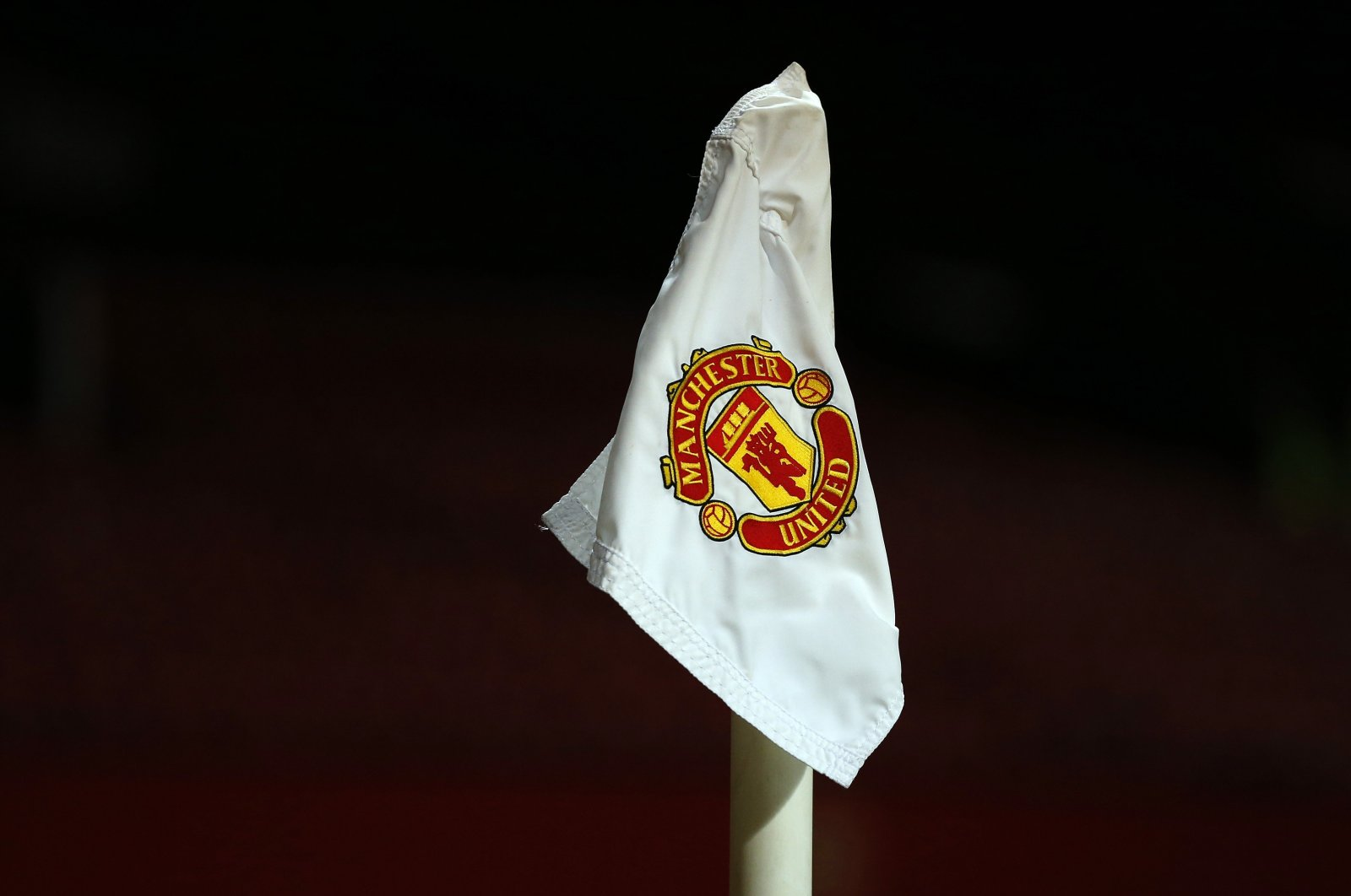 The Manchester United club logo is seen on a corner flag on the Old Trafford pitch ahead of the FA Cup fourth-round replay match against Cambridge United at Old Trafford, Manchester, northern England, Feb. 3, 2015. (Reuters Photo)