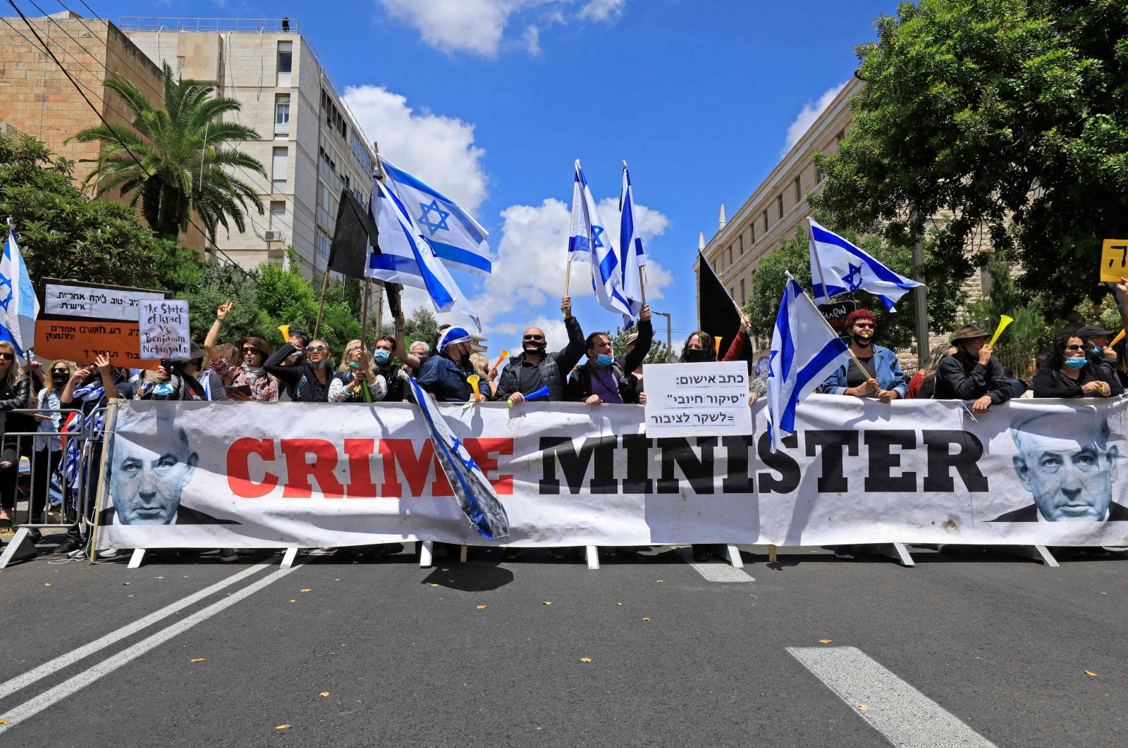 Israeli protesters rally against Prime Minister Benjamin Netanyahu outside his residence, Jerusalem, May 24, 2020. (AFP Photo)