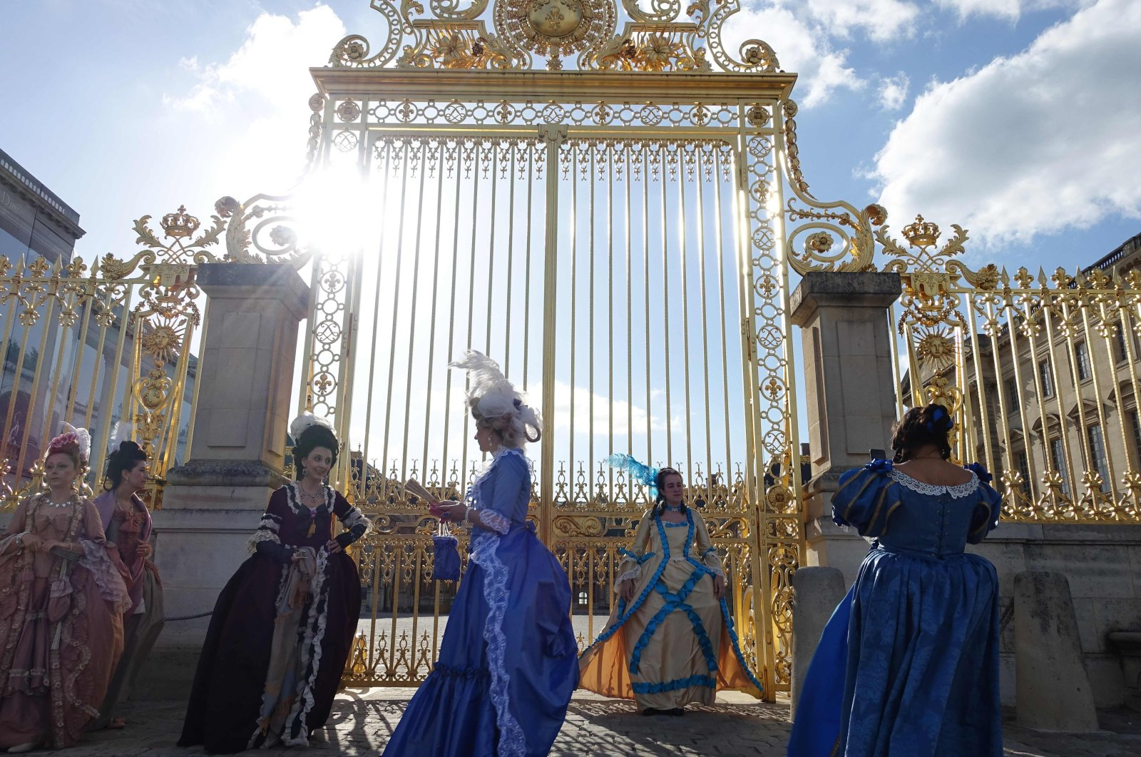 Women dressed in period costume wait for the gates of the Palace of Versailles to open as they prepare to participate in a festival as part of celebrations for The Year of Louis XIV, Versailles, June 1, 2015. (AFP Photo)