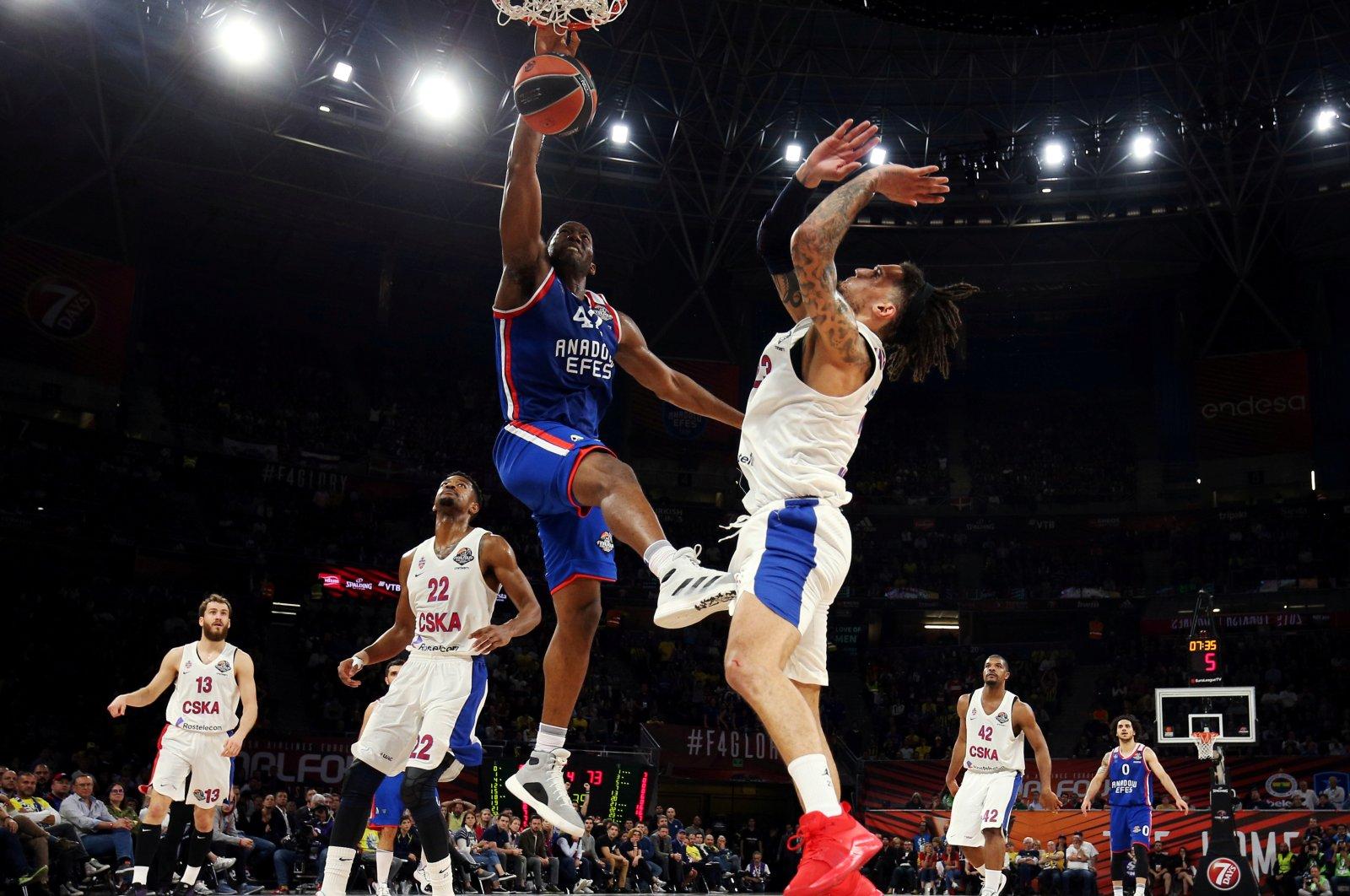 Anadolu Efes' Bryant Dunston dunks on CSKA Moscow's Daniel Hackett during the EuroLeague Final Four final game at Fernando Buesa Arena, Vitoria-Gasteiz, Spain, May 19, 2019. (Reuters Photo)
