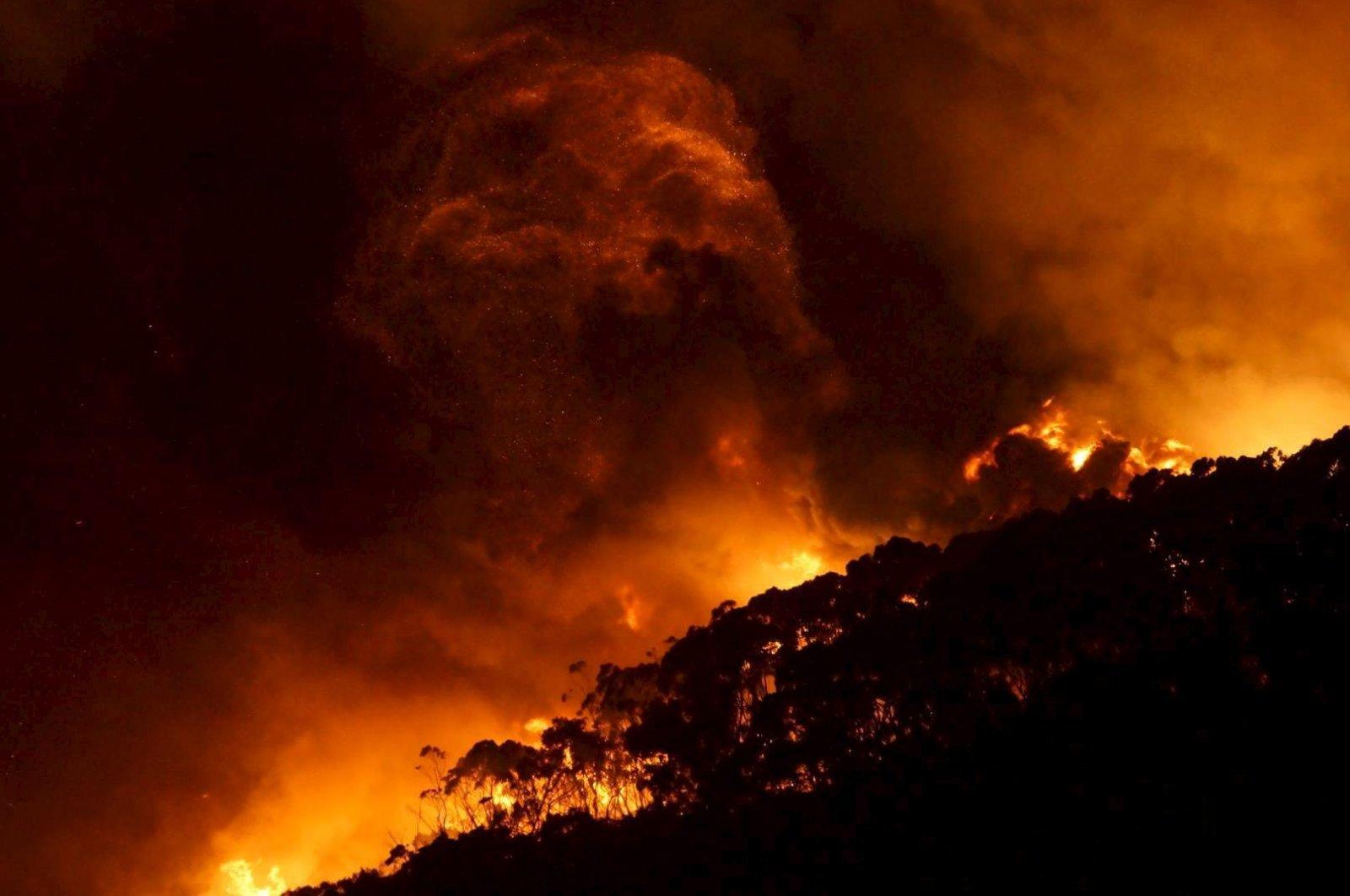 A bushfire burns at Wye River near Lorne, south of Melbourne, December 25, 2015. (Reuters/Keith Pakenham/AAP)