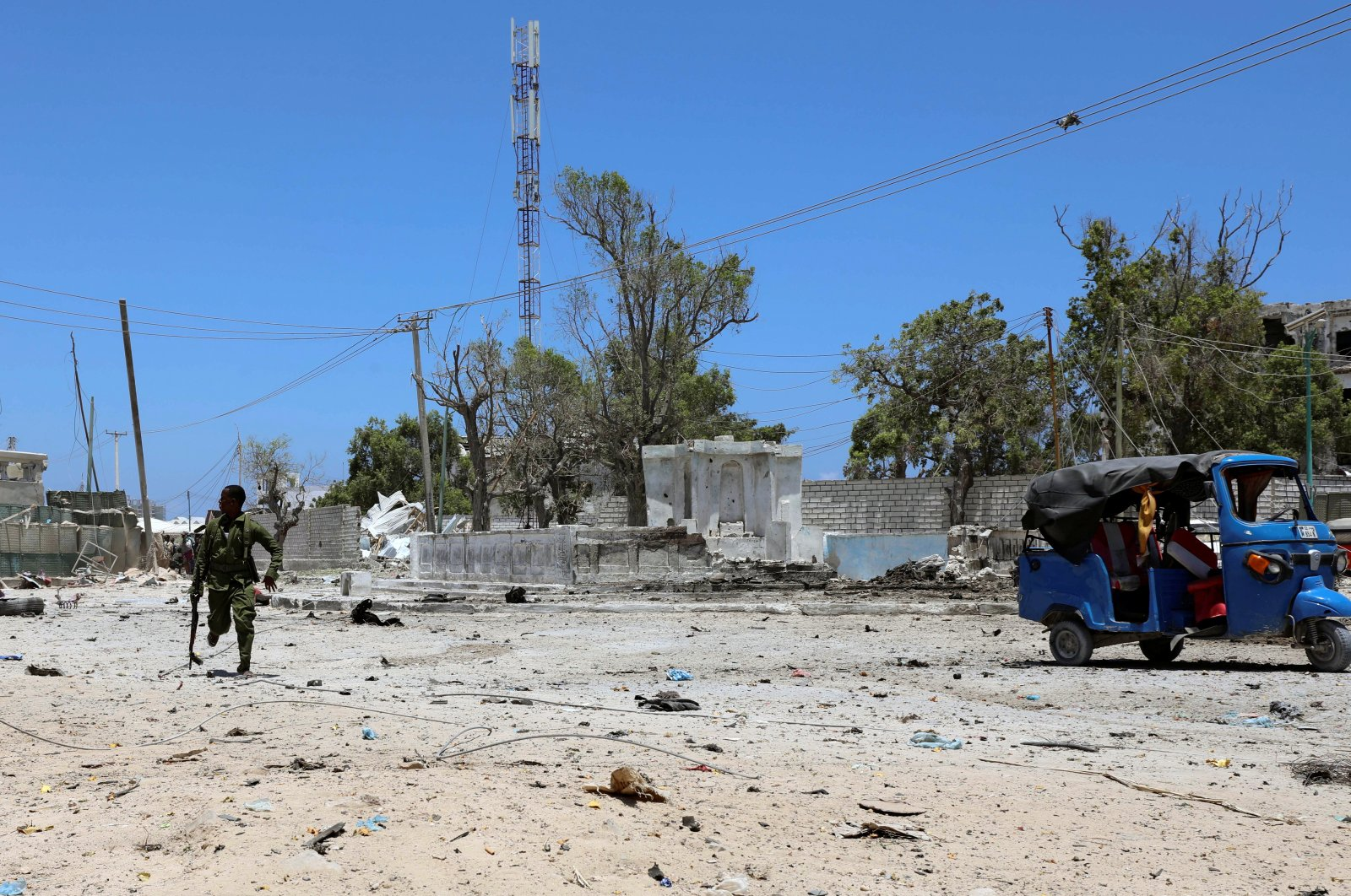A Somali soldier runs to hold position as an al-Shabab militia storm a government building in Mogadishu, Somalia, March 23, 2019. (Reuters Photo)