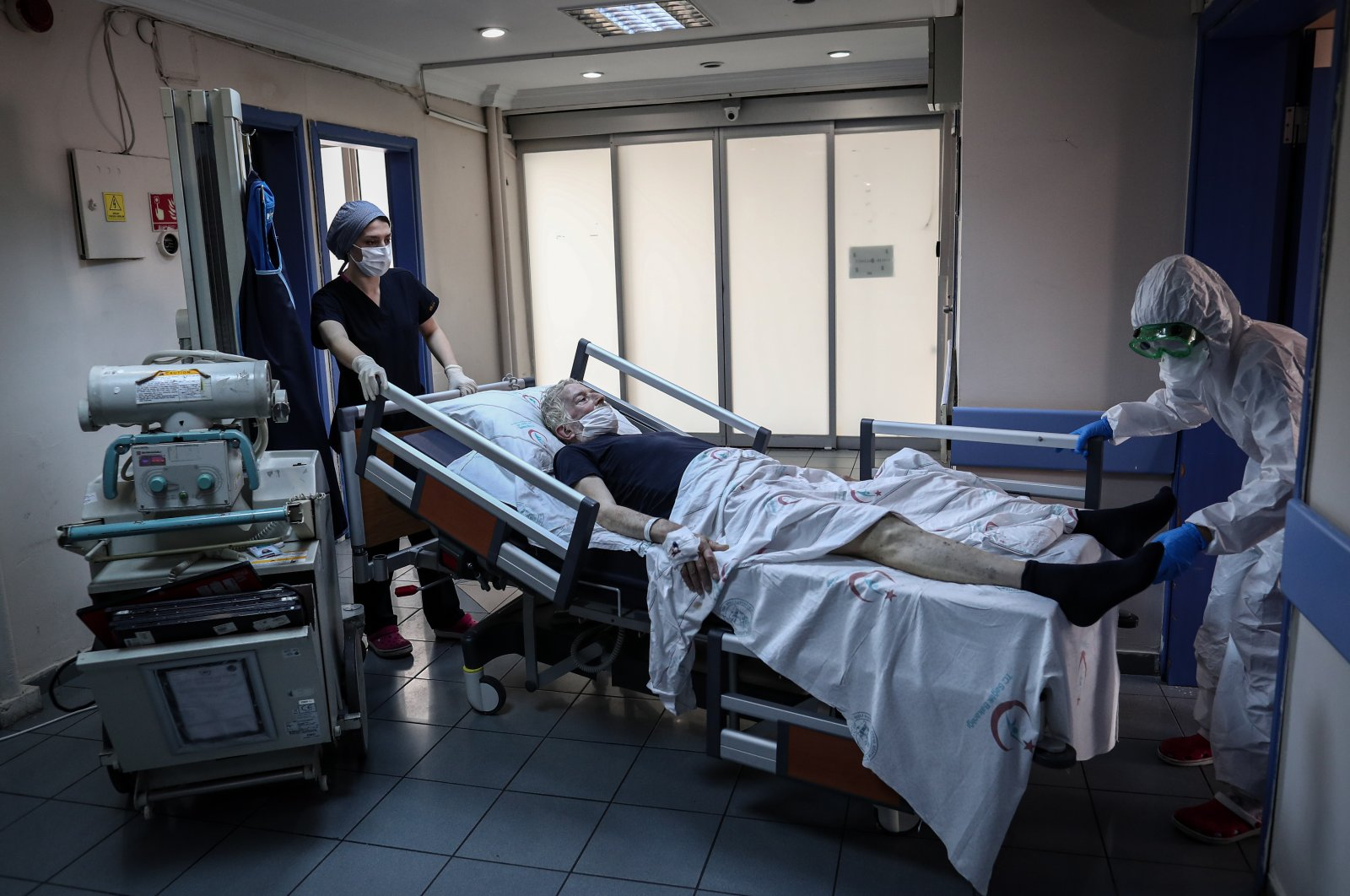 Medical workers push a bed with a patient reportedly infected with COVID-19, at the Istanbul Şişli Hamidiye Etfal Training and Research Hospital, in Istanbul, May 20, 2020. (EPA Photo)