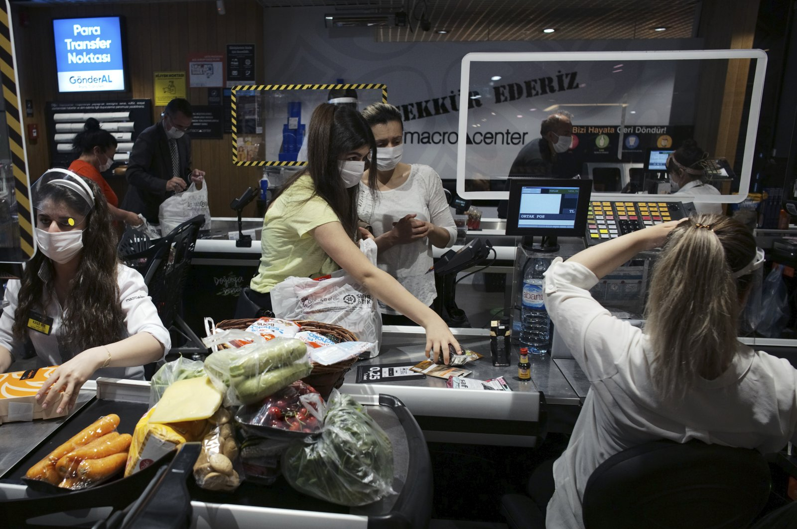People wearing face masks shop for food at a grocery store hours before a four-day curfew, Ankara, Turkey, May 22, 2020. (AP Photo)