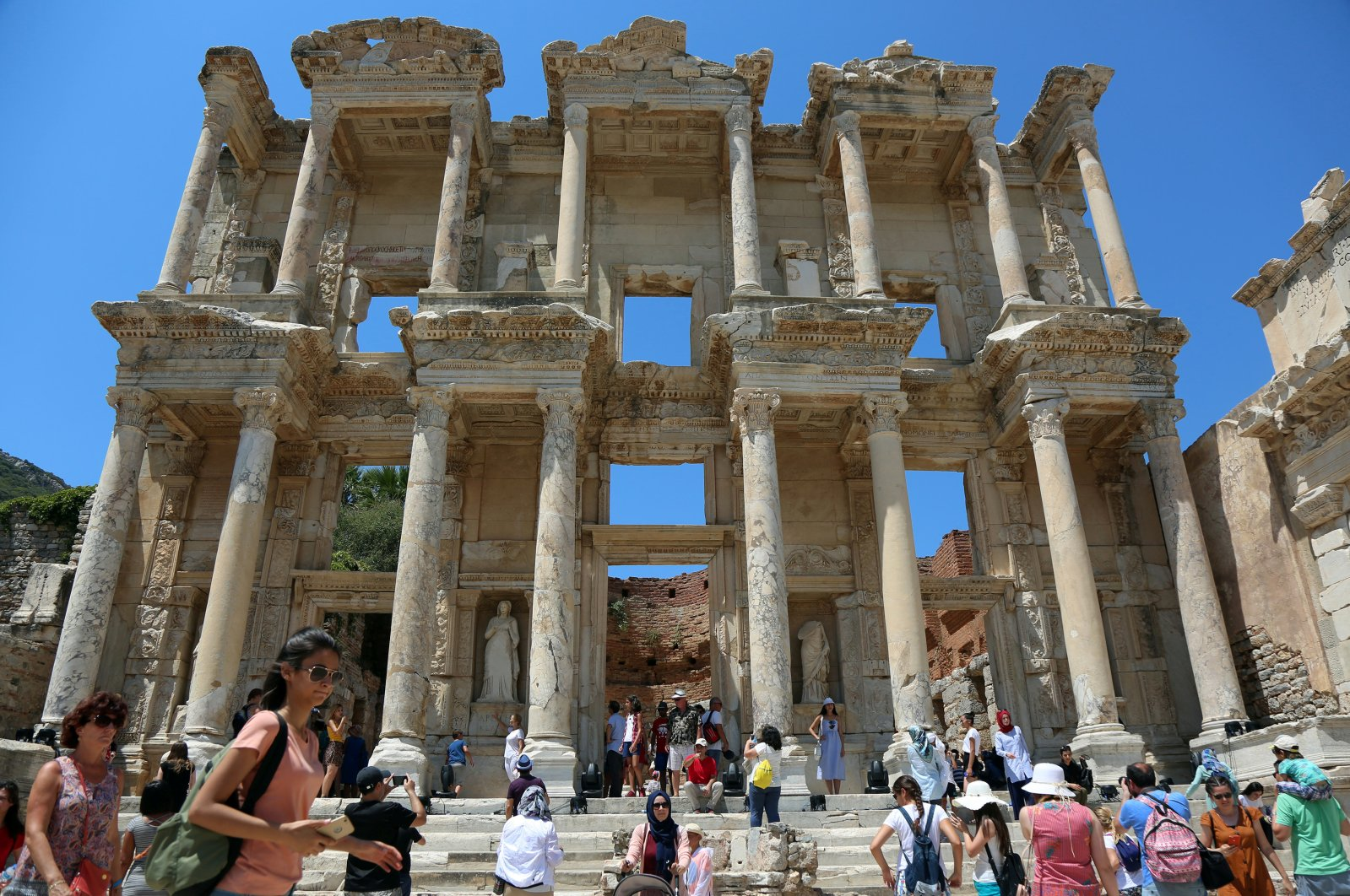 Tourists visit the Celsius Library in the ancient city of Ephesus near İzmir in the western Aegean region, Turkey, Aug. 5, 2018. (Reuters Photo)