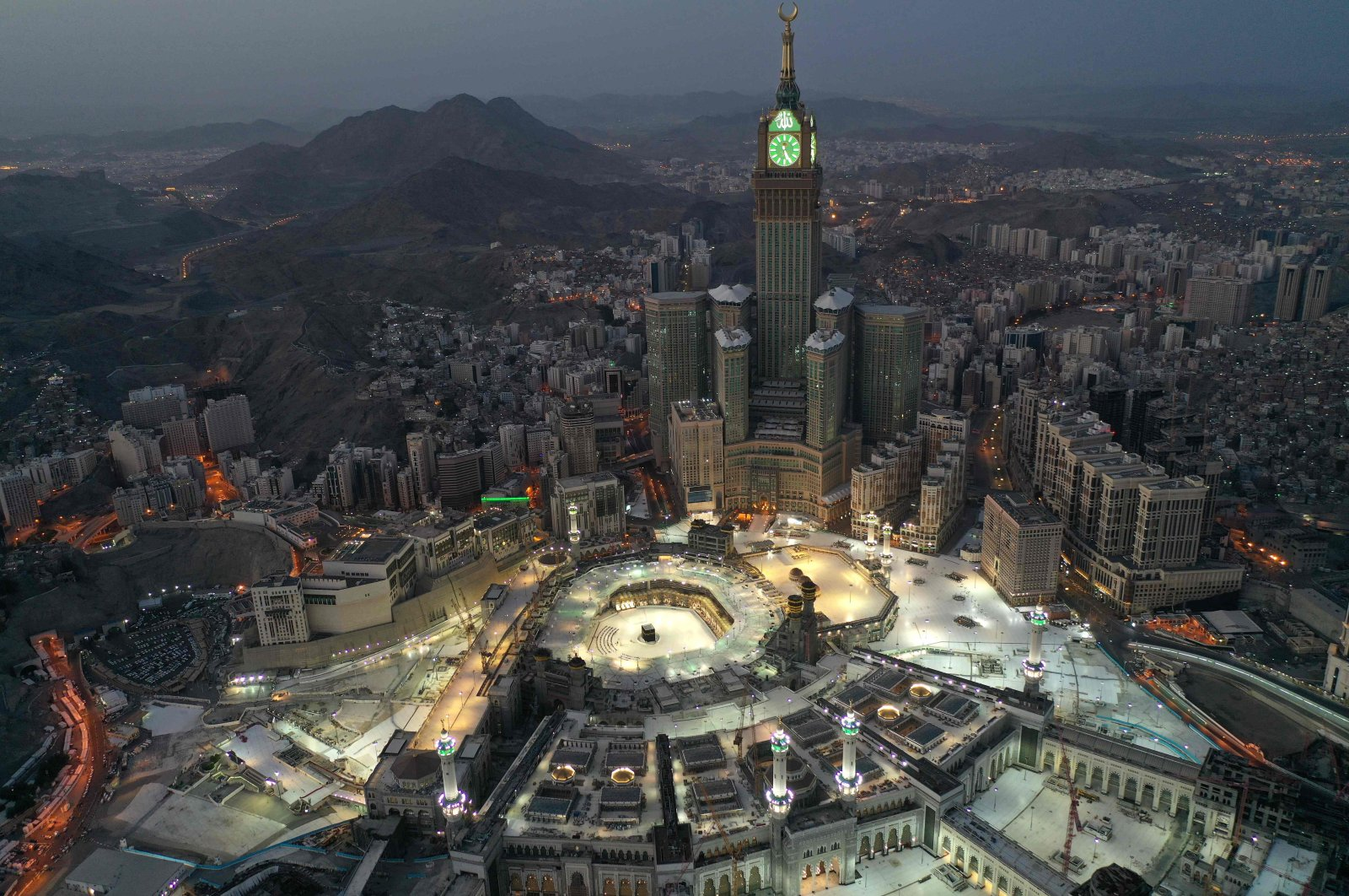 An aerial view of Saudi Arabia's holy city of Mecca, with the Abraj al-Bait Mecca Royal Clock Tower overlooking the Grand Mosque and Kaaba in the center, is seen during the early hours of Ramadan Bayram, the Muslim holiday marking the end of the holy fasting month of Ramadan, May 24, 2020. (AFP Photo)