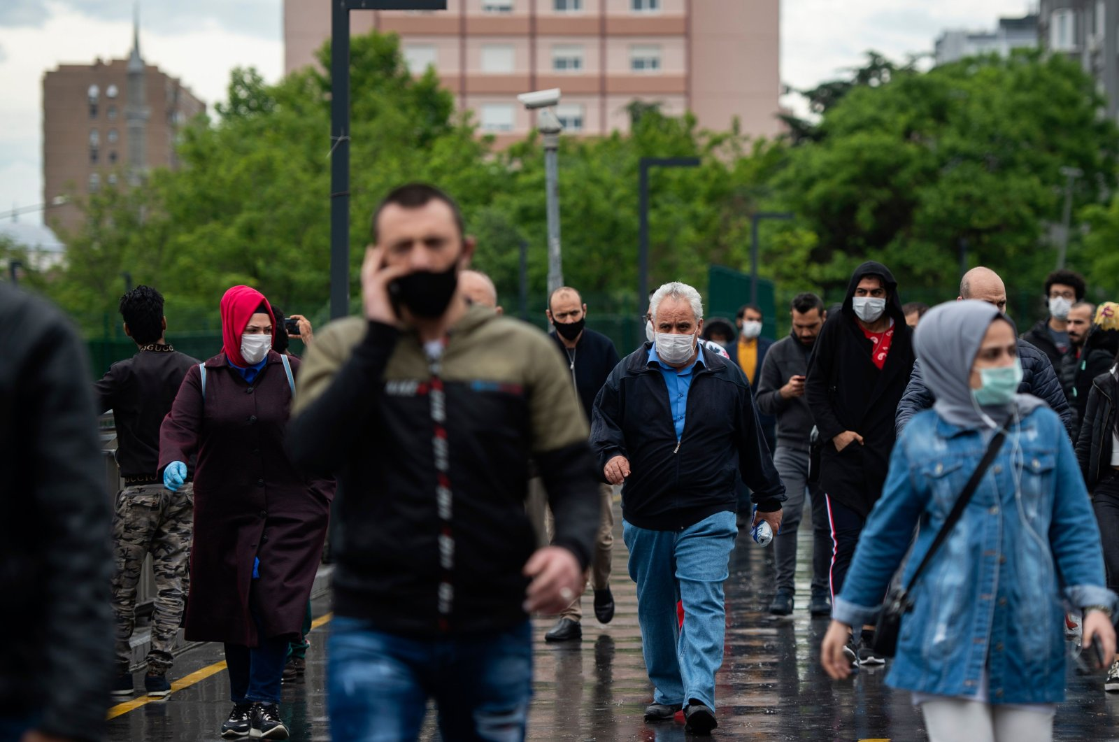 Commuters wearing protective masks walk on a street in Istanbul, Turkey, May 27, 2020. (AFP Photo)