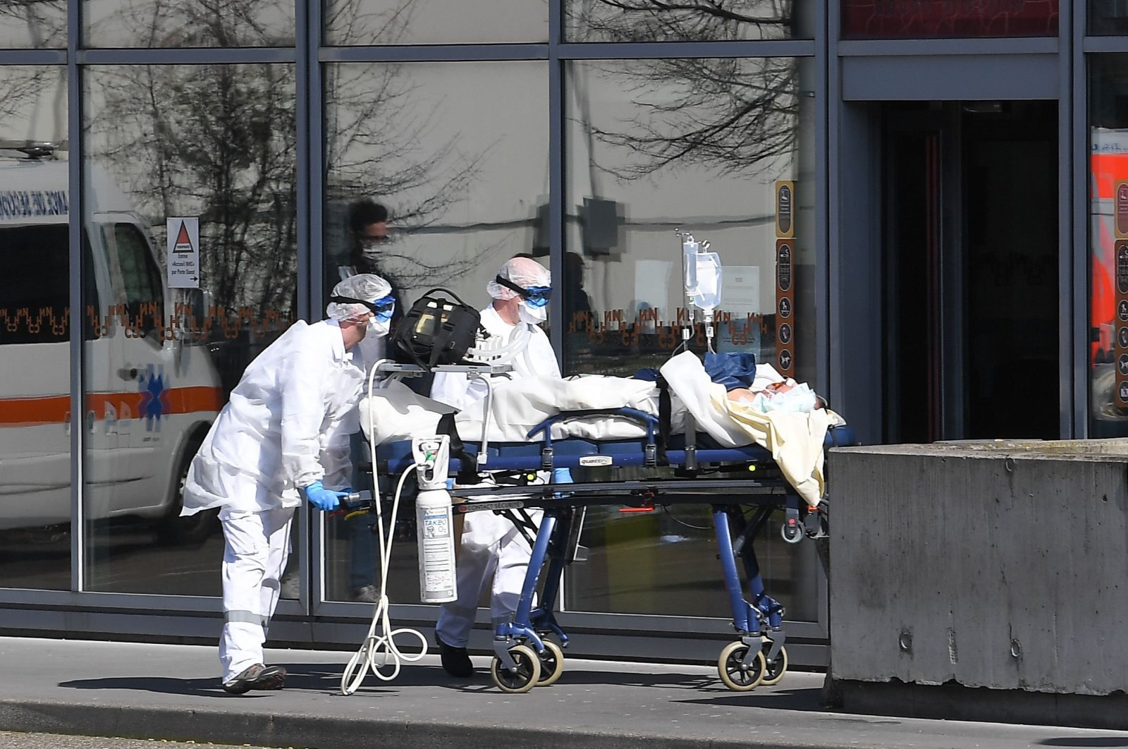 A patient under respiratory assistance is escorted to the Strasbourg University Hospital by members of the medical staff of the SAMU-SMUR emergency services, Strasbourg, March 16, 2020. (AFP Photo)