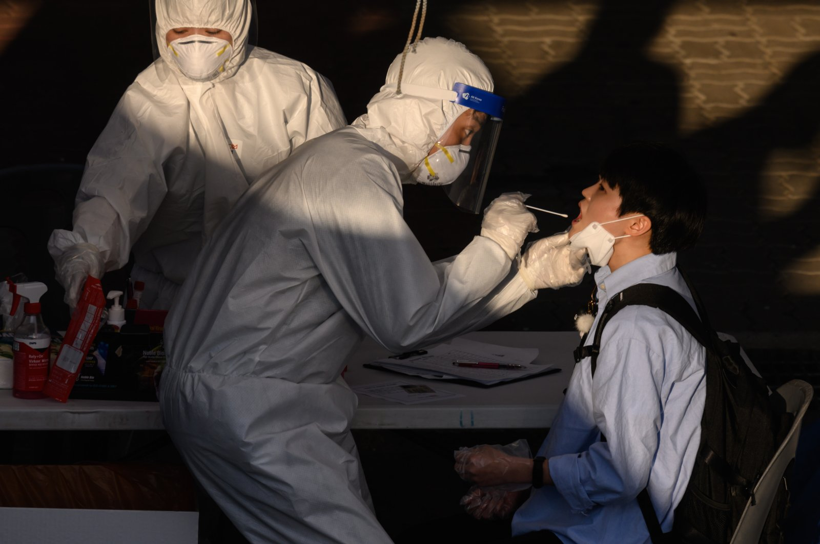 A health worker administers a swab at a temporary coronavirus testing center, Bucheon, South Korea, May 27, 2020. (AFP Photo)