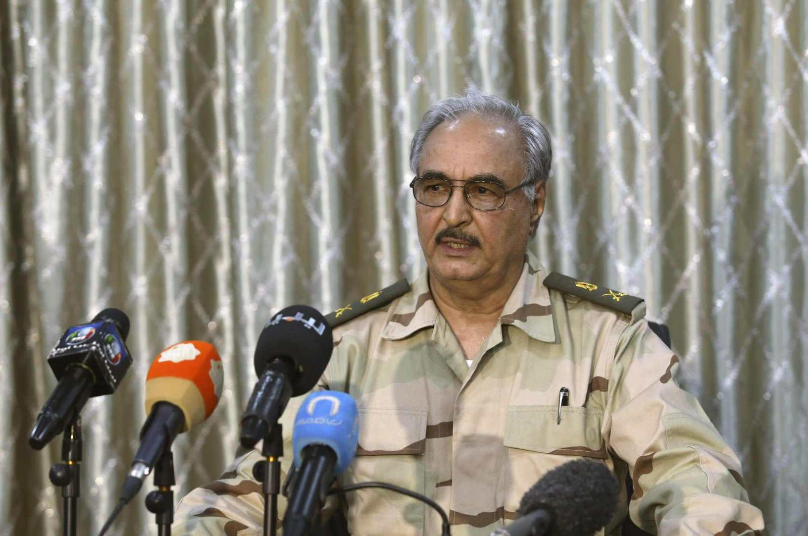 Putschist Gen. Khalifa Haftar speaks during a news conference at a sports club in Abyar, a small town to the east of Benghazi, May 17, 2014. (REUTERS Photo)