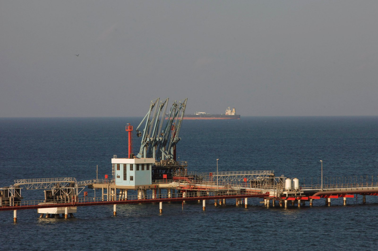 A view of pipelines and a loading berth of the Marsa al Hariga oil port in the city of Tobruk, east of Tripoli, Libya, August 20, 2013. (Reuters Photo)