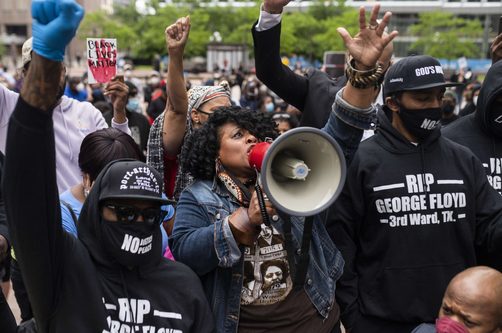 Jamela J. Pettiford sings during a protest with Former NBA player Stephen Jackson in response to the police killing of George Floyd outside the Hennepin County Government Center on May 29, 2020 in Minneapolis, Minn. (AFP Photo)