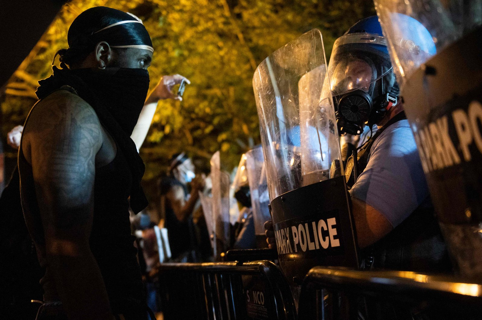Military Police face off with protesters across from the White House during a protest over the death of George Floyd, an unarmed black man, who died after a Minneapolis police officer kneeled on his neck for several minutes, Washington, D.C., May 30, 2020. (AFP Photo)