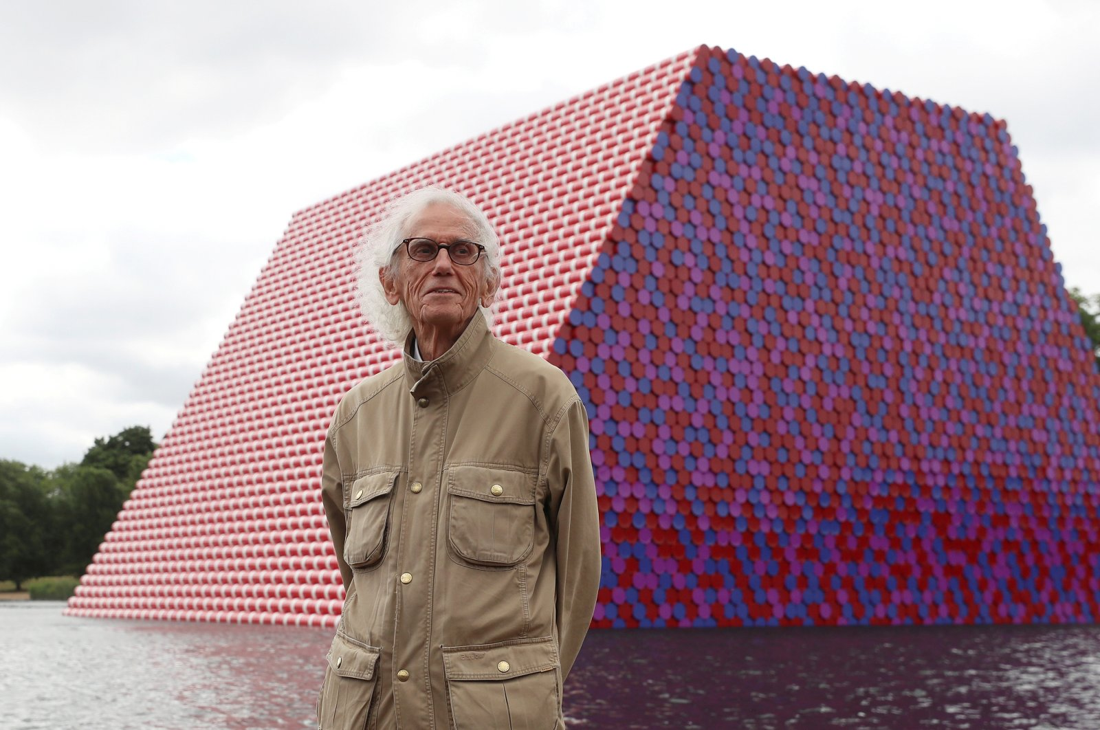 """Artist Christo stands in front of his work """"The London Mastaba"""" on the Serpentine in Hyde Park, London, Britain, June 18, 2018. (REUTERS PHOTO)"""