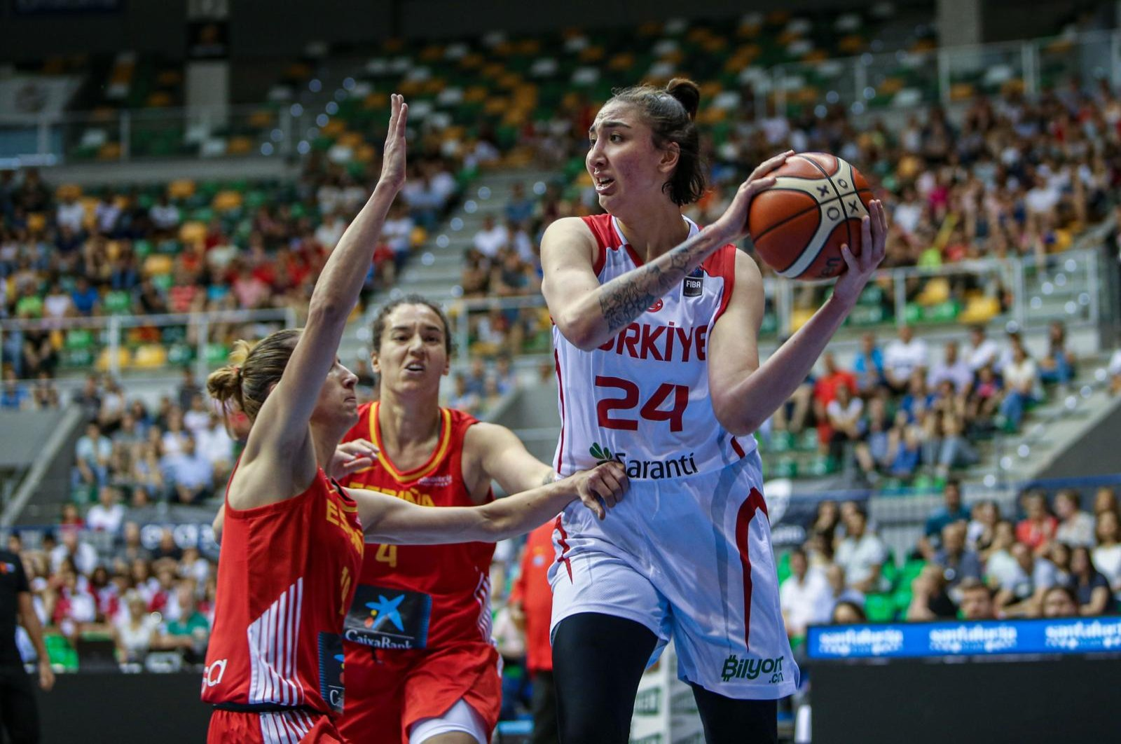 Turkish basketball player İnci Güçlü (R) plays for the Turkish national team. (DHA Photo)