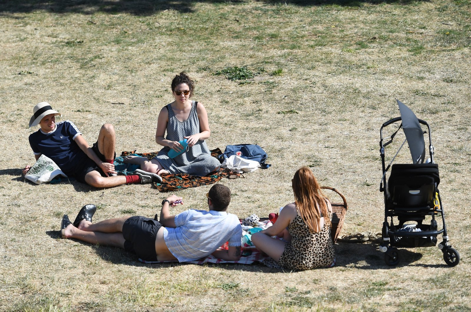 Couples meet in a park after the British government announced that beginning June 1, up to six people may meet at a park or private garden during ongoing coronavirus restrictions, London, Britain, June 1, 2020. (EPA Photo)