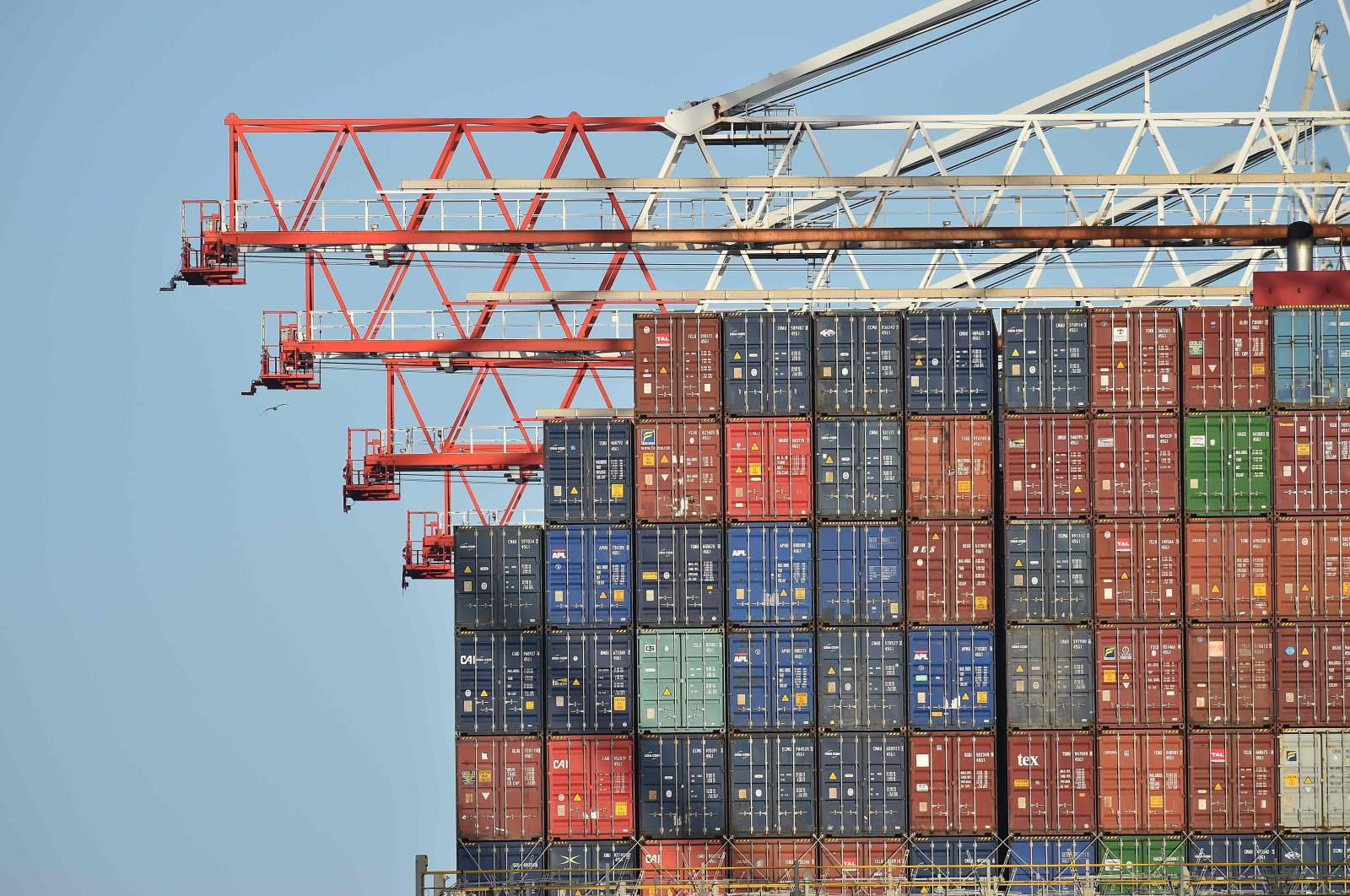 Containers aboard the container ship Benjamin Franklin are unloaded at Southampton Container Port, at Southampton Docks in Southampton, southern England, March 21, 2017. (AFP Photo)