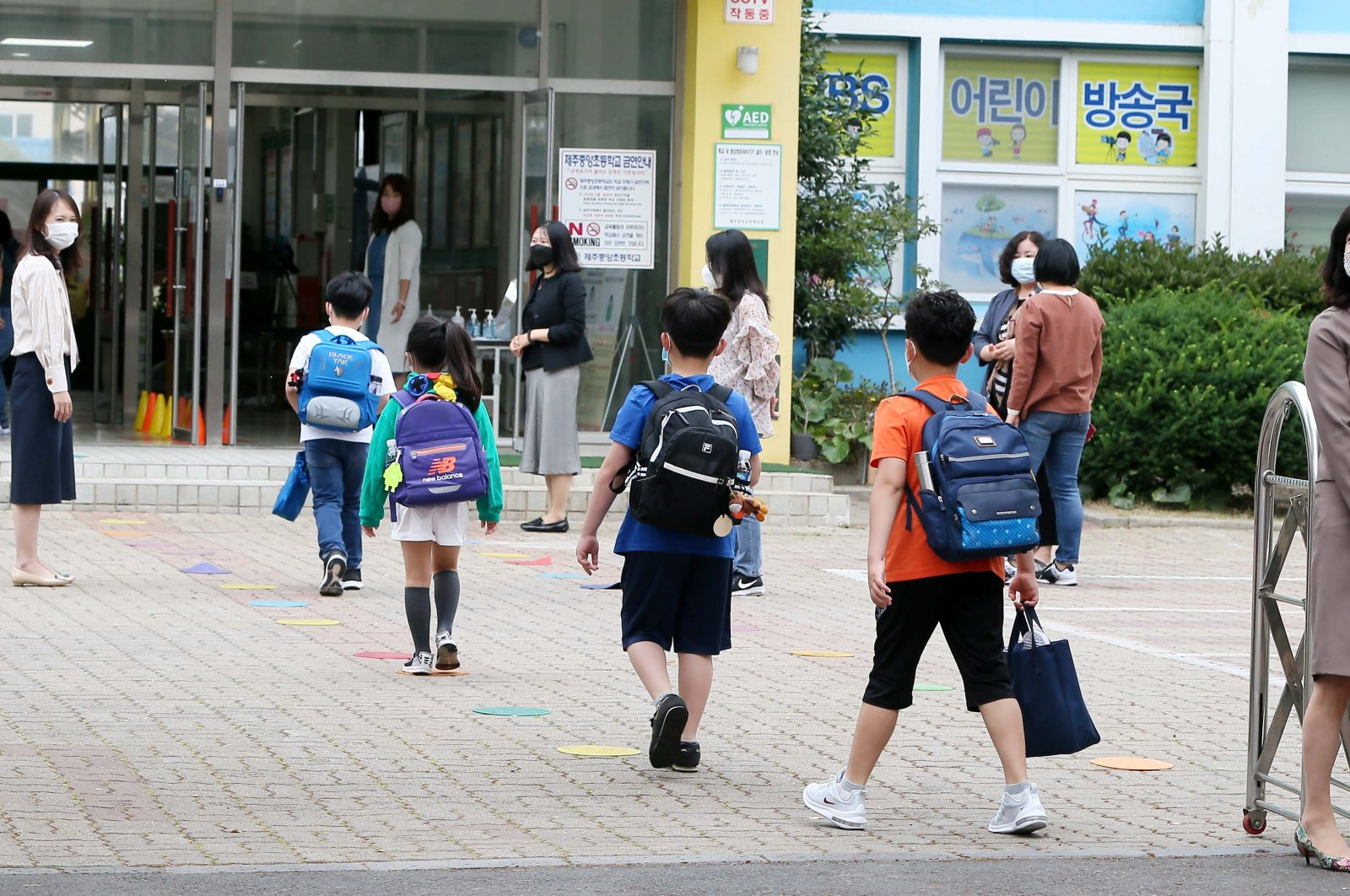 Students arrive at school while keeping distance from each other at Joongang Elementary School on Jeju Island, South Korea, 03 June 2020. (EPA Photo)