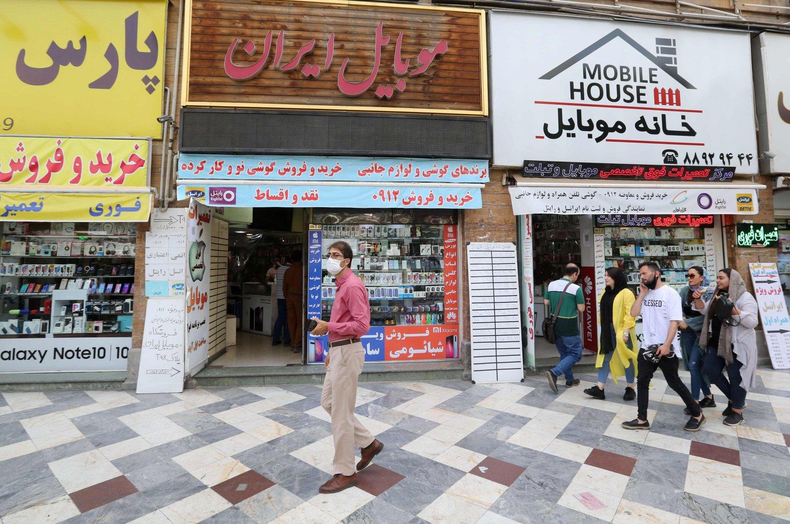 Iranians shop the capital Tehran on June 2, 2020. (AFP Photo)