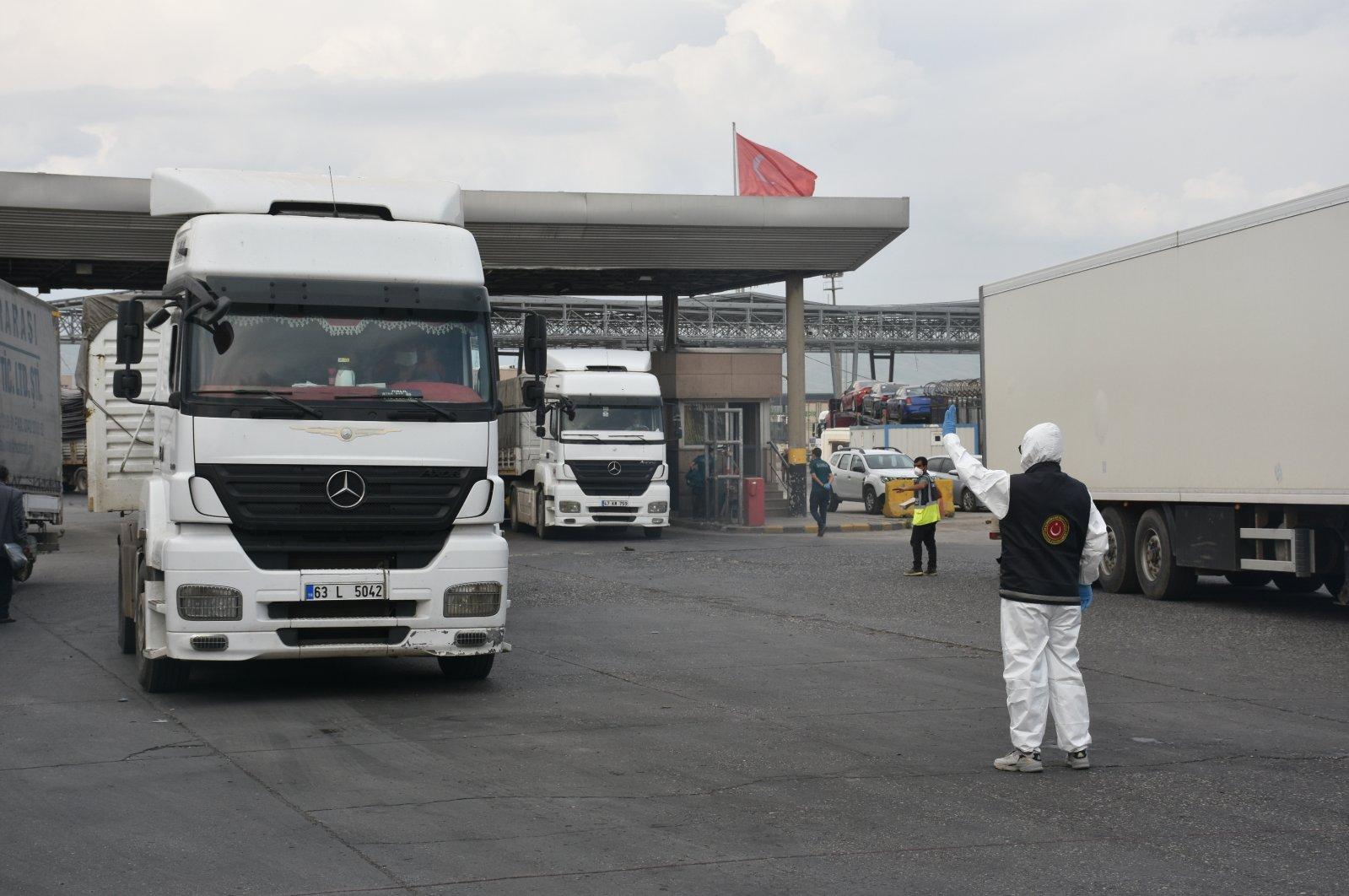Trucks are seen at the Habur border gate in Turkey's southeastern Şırnak province bordering Iraq, April 22, 2020. (AA Photo)
