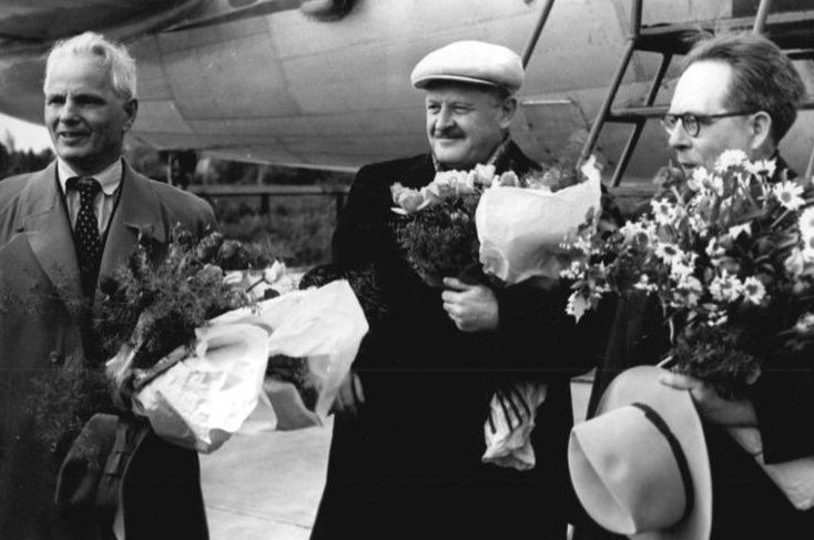 Turkish poet Nazım Hikmet (C), accompanied by Soviet poet Stepan Shchipachev (L), arrives in Berlin's Schoenefeld Airport to take part in the 3rd Writers Congress of the German Democratic Republic (GDR), on May 21, 1952. (Bundesarchiv via Wikimedia)