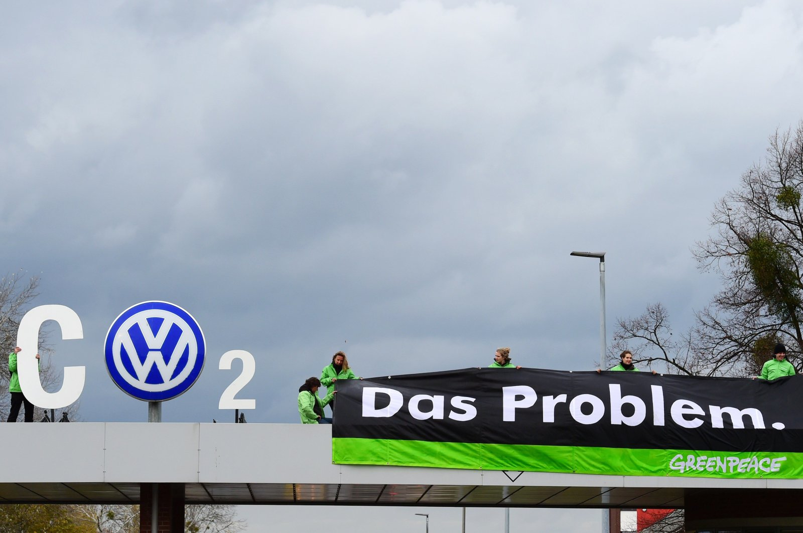Greenpeace activists demonstrate at the entrance to the Volkswagen plant in Wolfsburg, central Germany, Nov. 9, 2015. (AFP Photo)